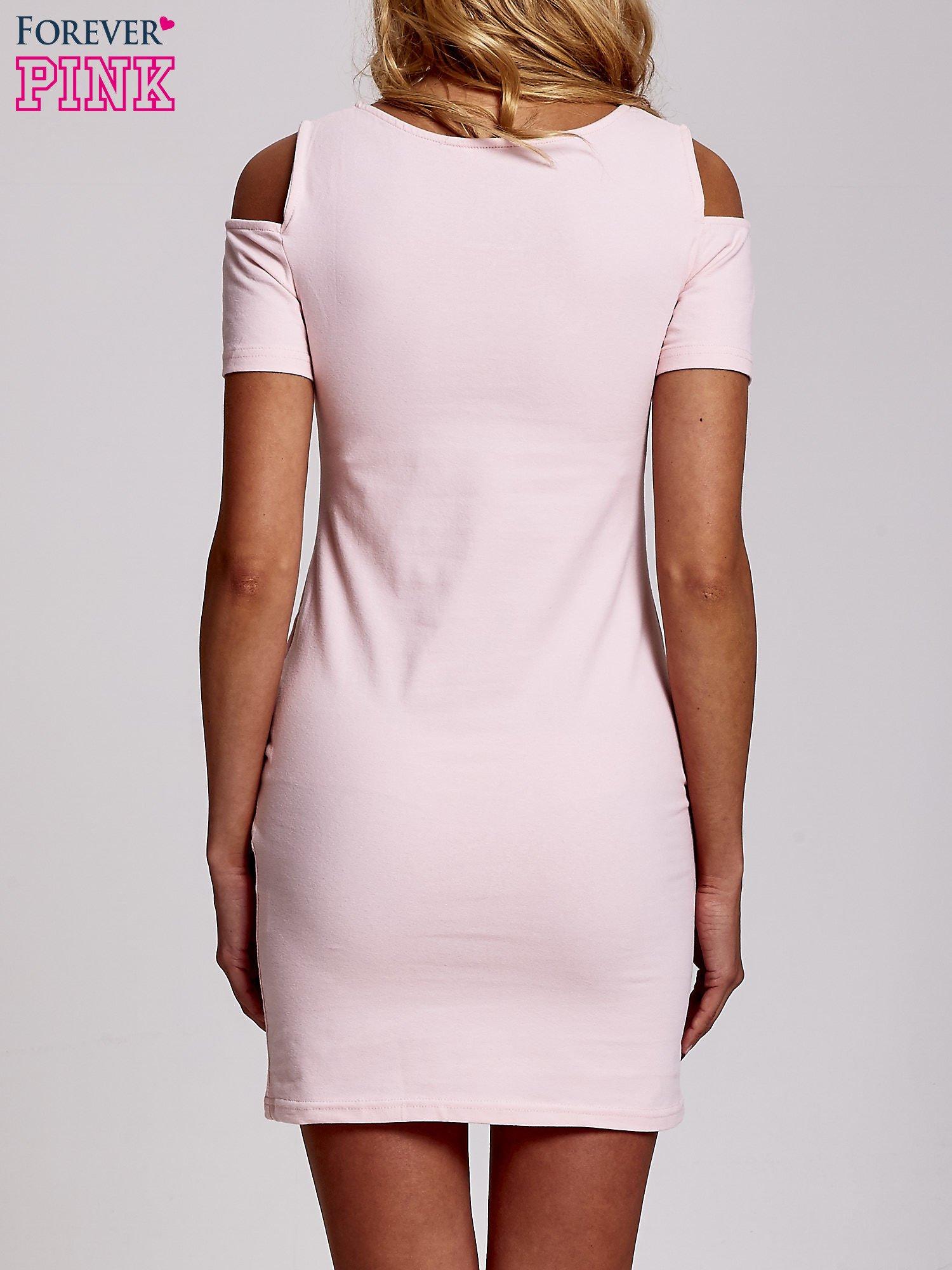 Jasnoróżowa sukienka dresowa cut out shoulder z nadrukiem dziewczyny                                  zdj.                                  4