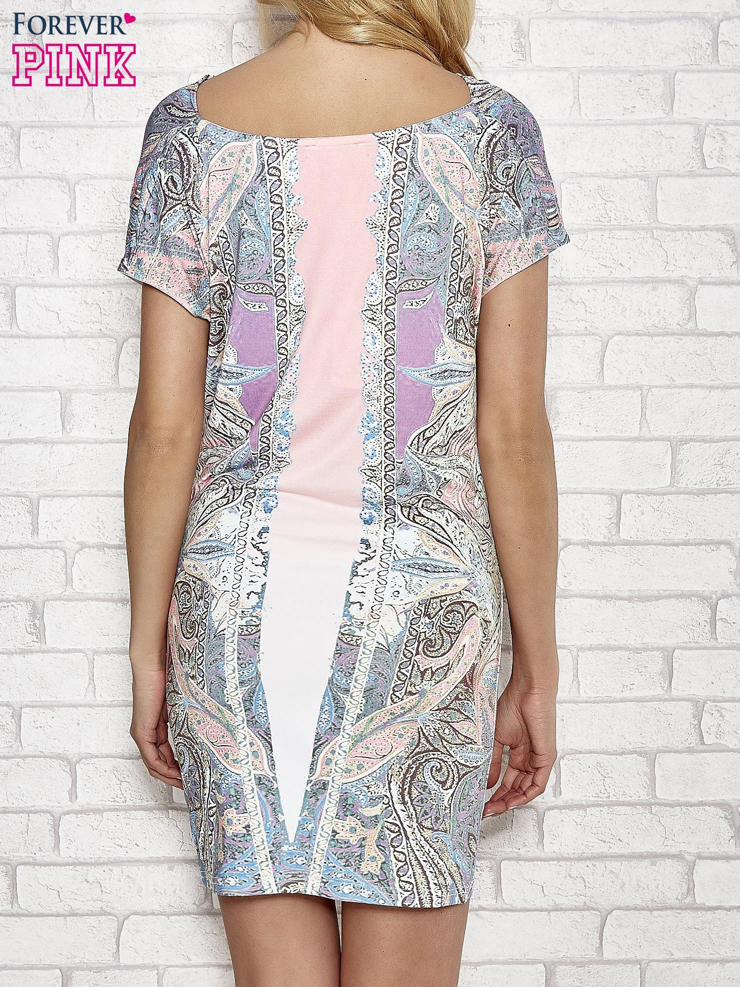 Jasnoróżowa sukienka w roślinne wzory z dekoltem typu woda                                  zdj.                                  3