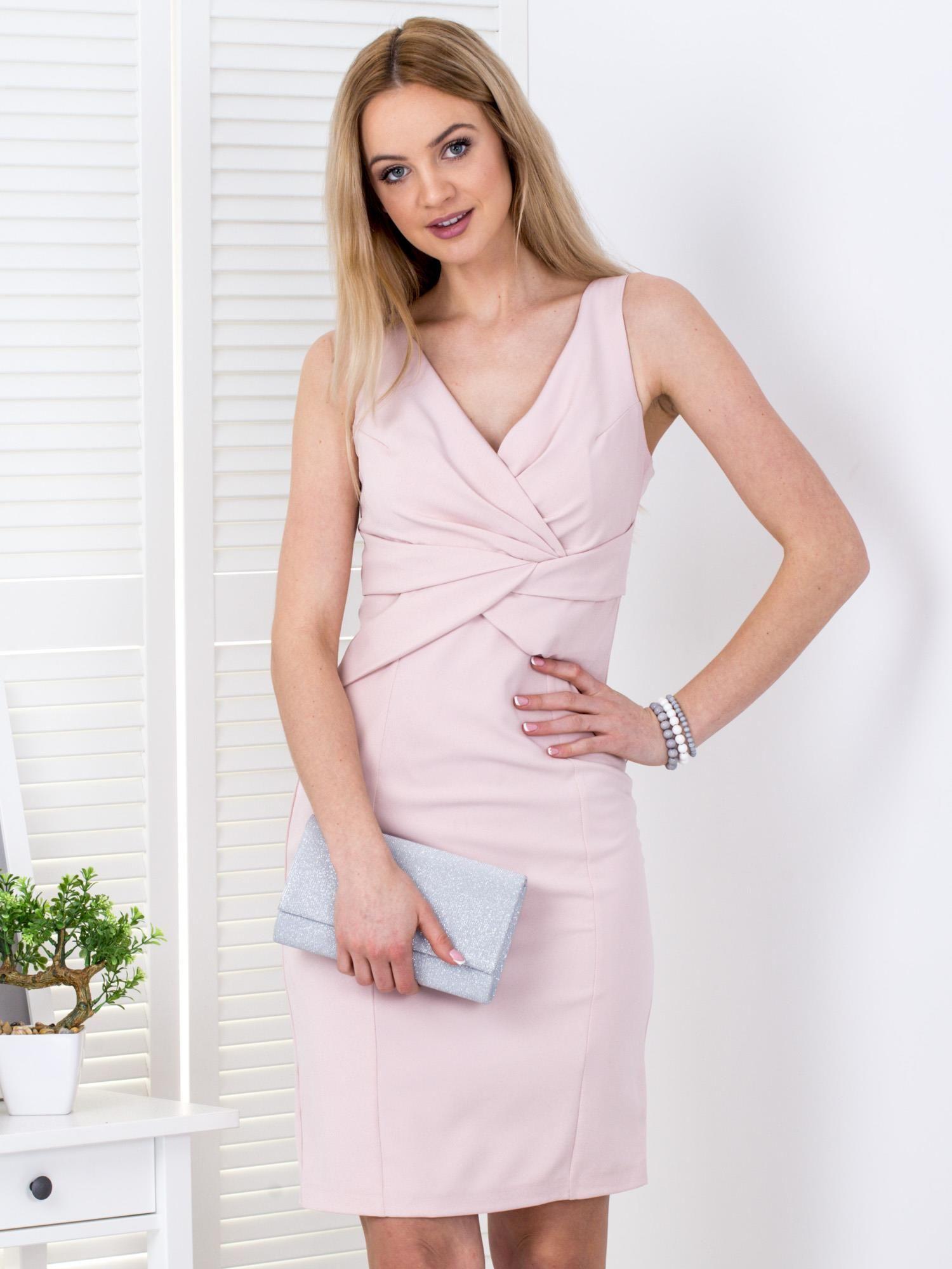 0fd2dd25ae Jasnoróżowa sukienka z drapowaniami przy dekolcie - Sukienka ...