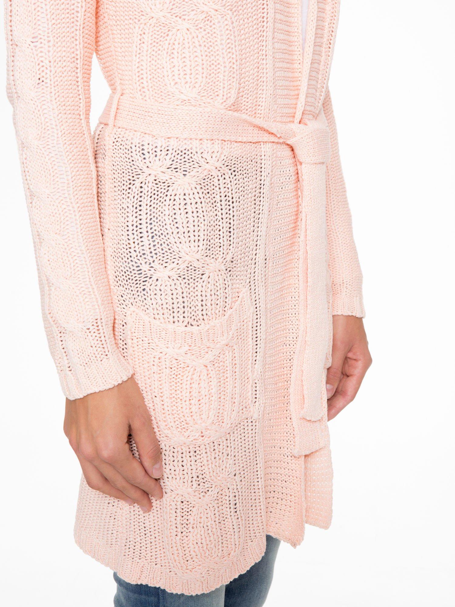Jasnoróżowy ażurowy długi sweter typu kardigan z paskiem                                  zdj.                                  10