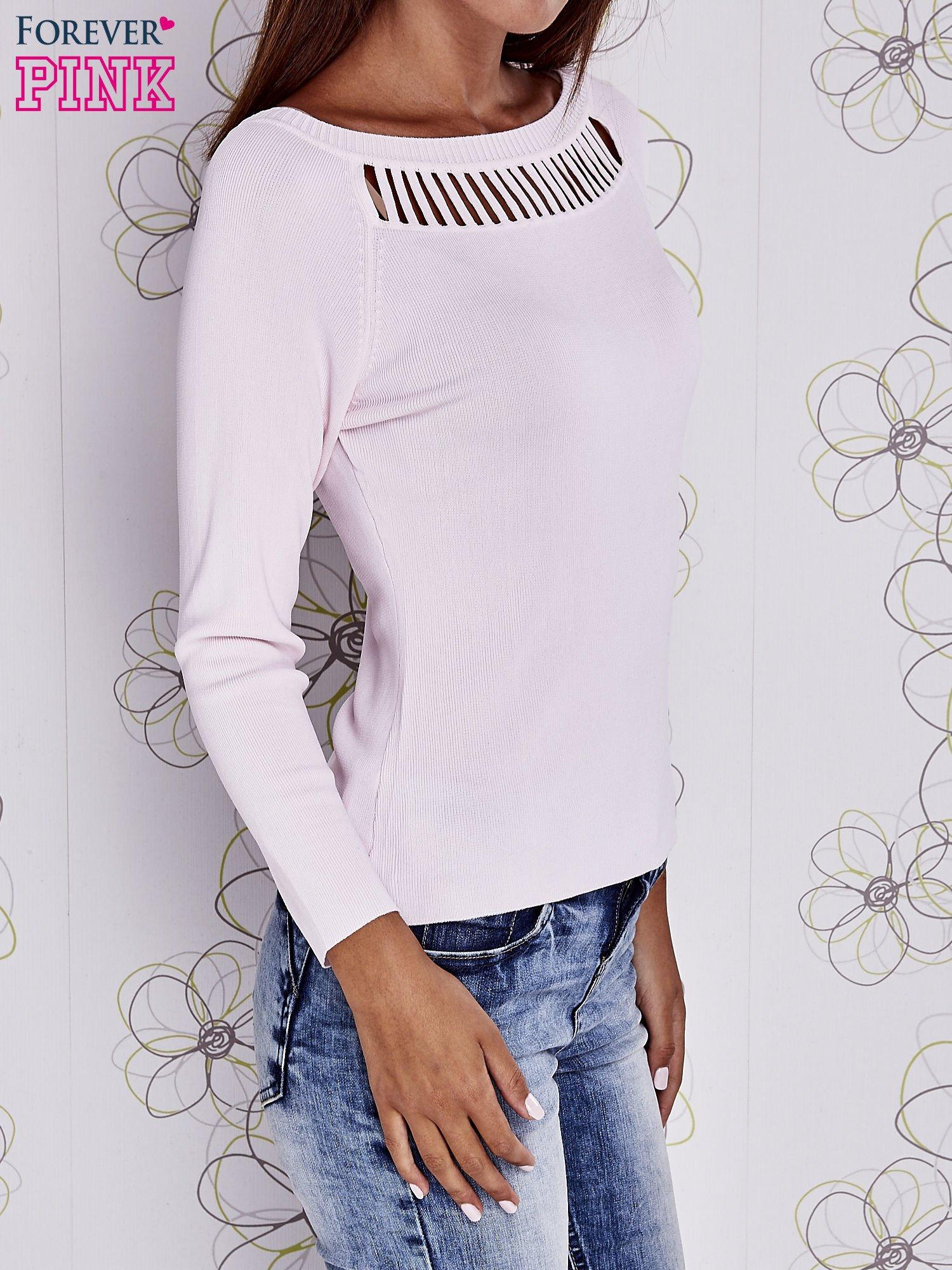 Jasnoróżowy jedwabny sweter z ażurowaniem przy dekolcie                                  zdj.                                  3