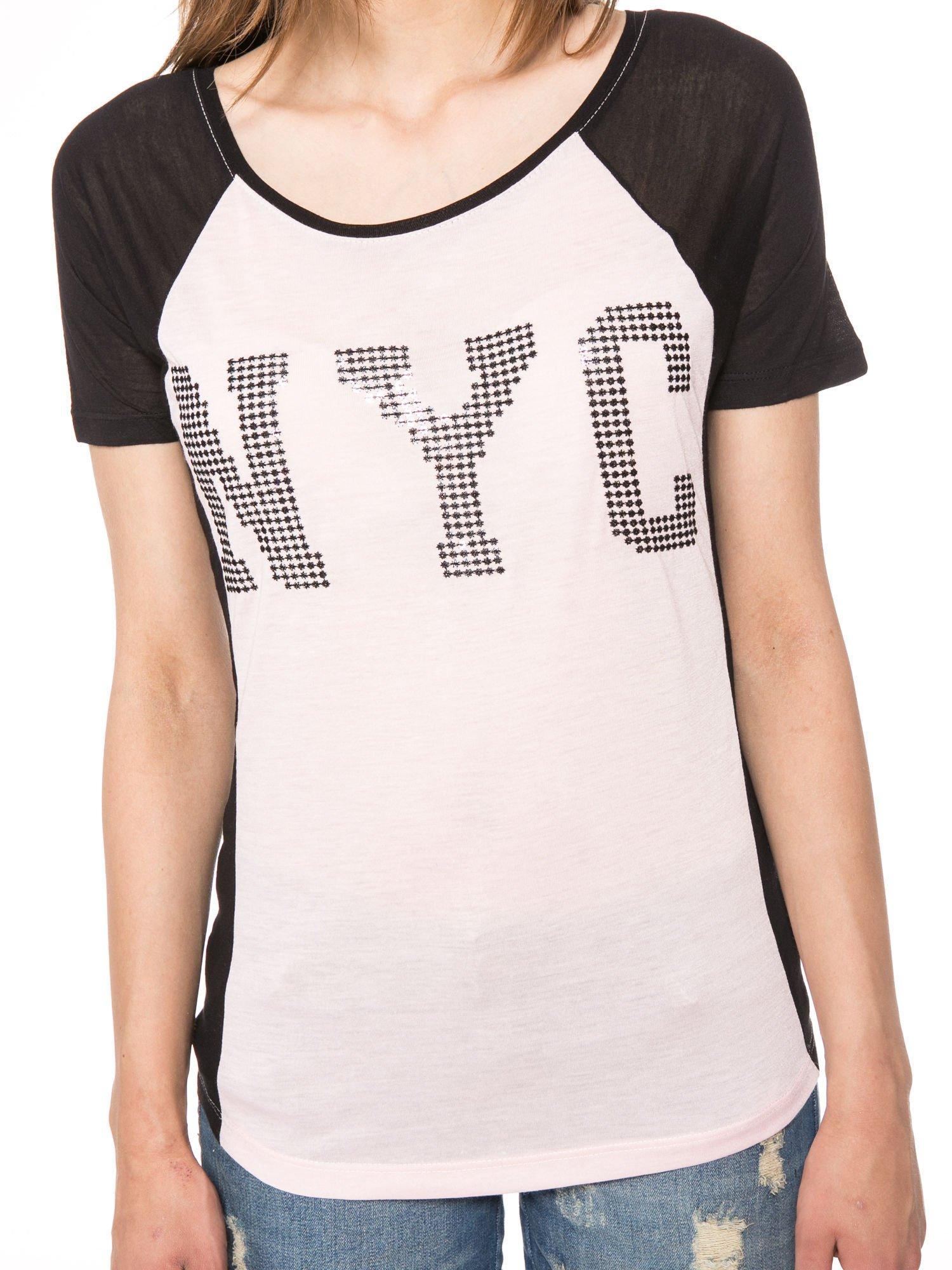 Jasnoróżowy t-shirt z błyszczącym nadrukiem NYC                                  zdj.                                  6