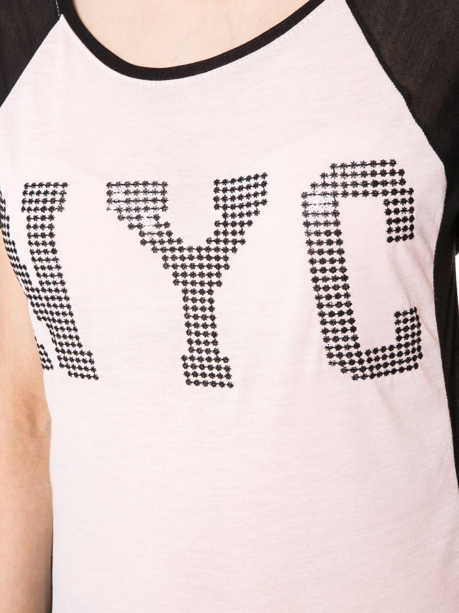 Jasnoróżowy t-shirt z błyszczącym nadrukiem NYC                                  zdj.                                  7