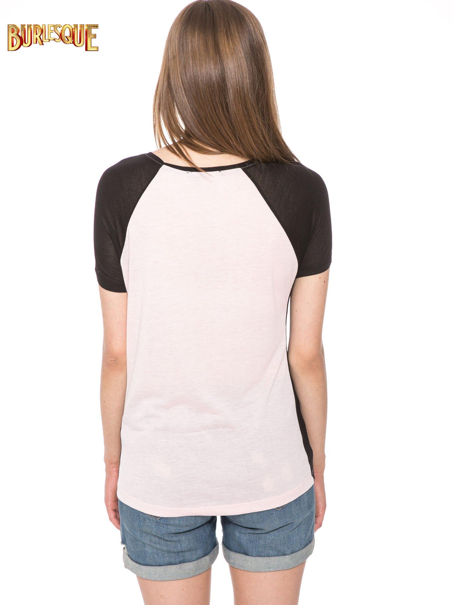 Jasnoróżowy t-shirt z błyszczącym nadrukiem NYC                                  zdj.                                  4
