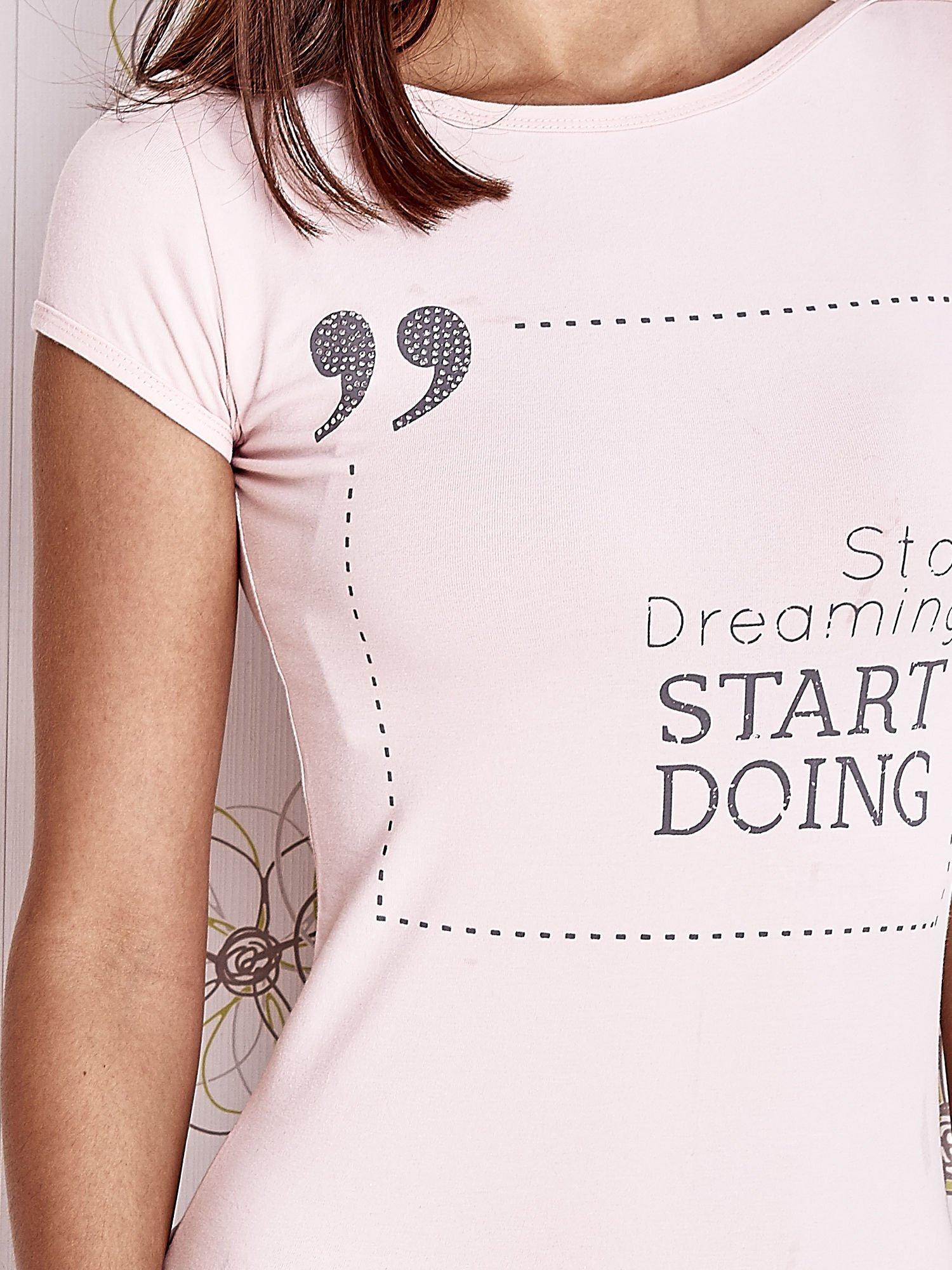 Jasnoróżowy t-shirt z napisem STOP DREAMING START DOING                                  zdj.                                  5