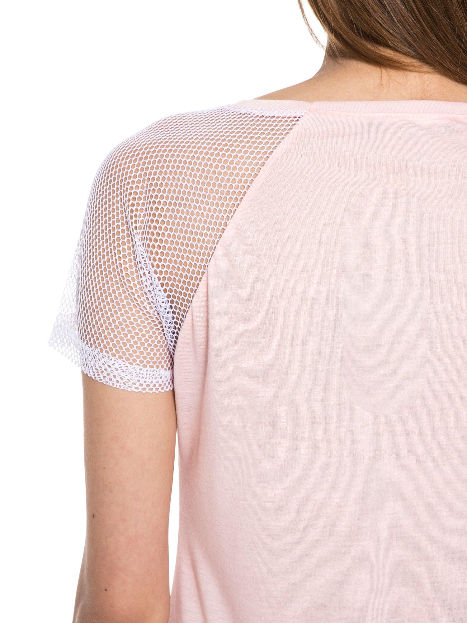 Jasnoróżowy t-shirt z napisem i siateczkowymi rękawami                                  zdj.                                  11