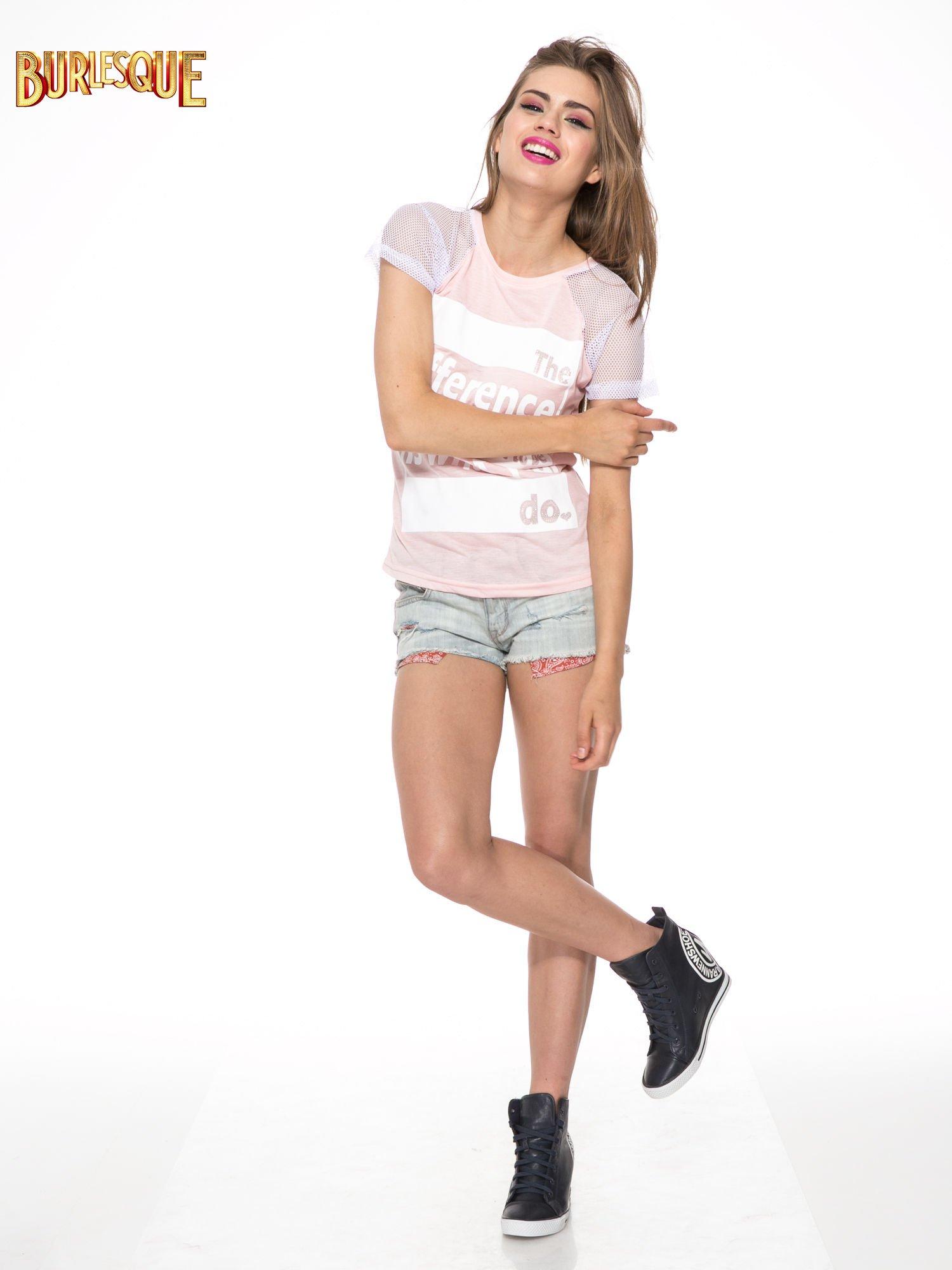 Jasnoróżowy t-shirt z napisem i siateczkowymi rękawami                                  zdj.                                  2