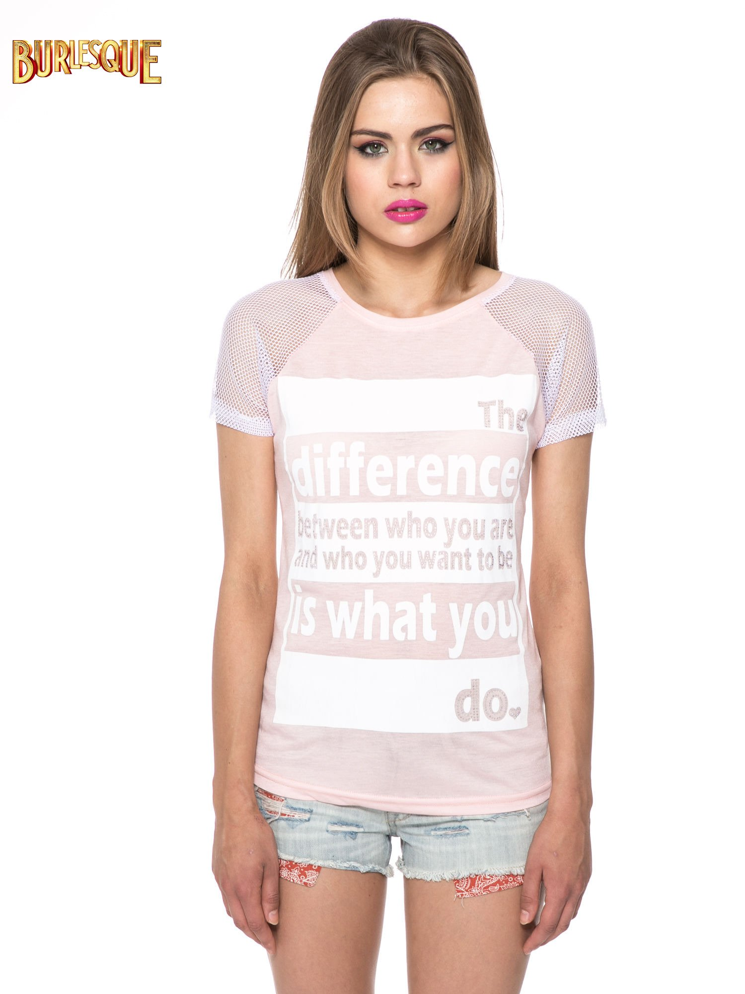 Jasnoróżowy t-shirt z napisem i siateczkowymi rękawami                                  zdj.                                  13