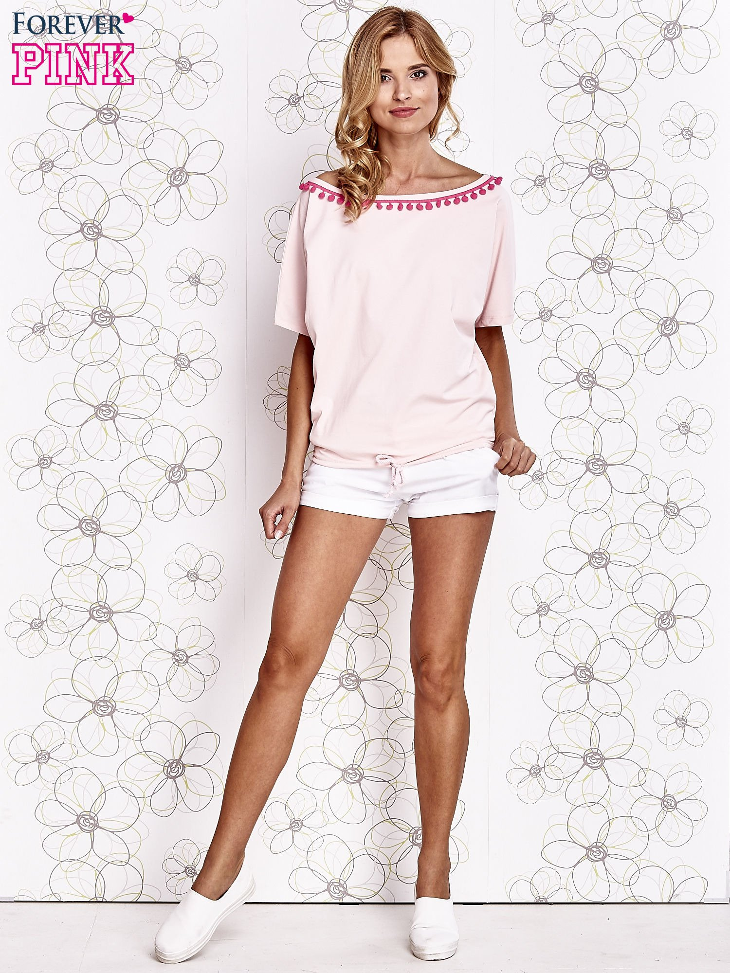 Jasnoróżowy t-shirt z różowymi pomponikami przy dekolcie                                  zdj.                                  2