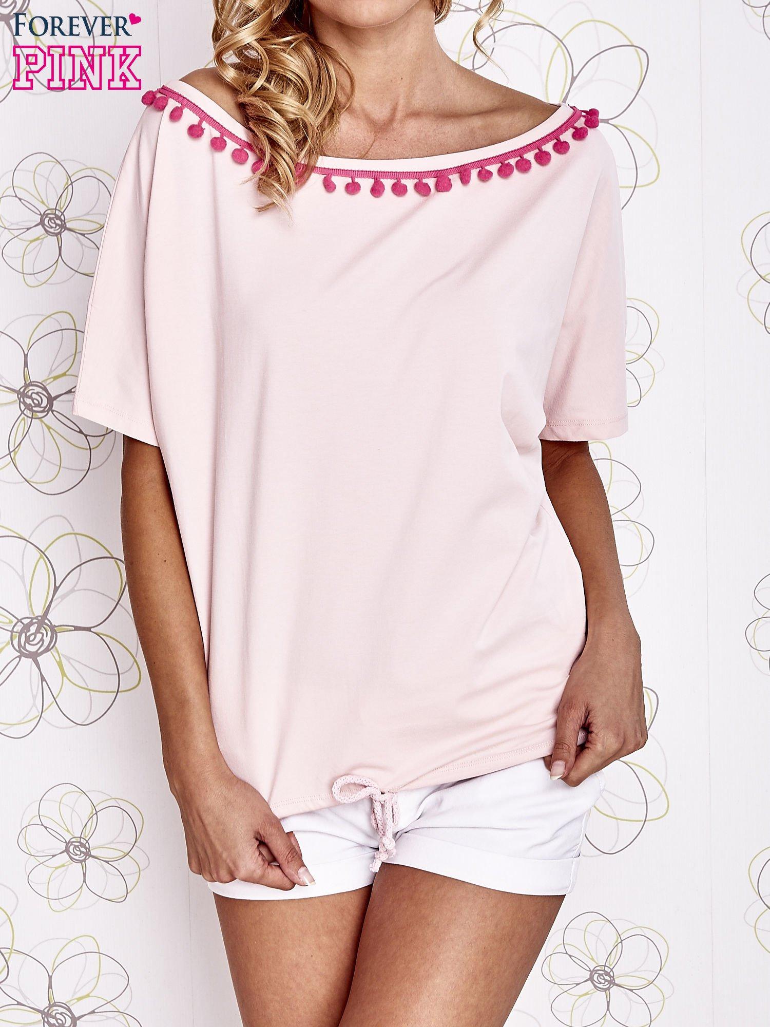 Jasnoróżowy t-shirt z różowymi pomponikami przy dekolcie                                  zdj.                                  1