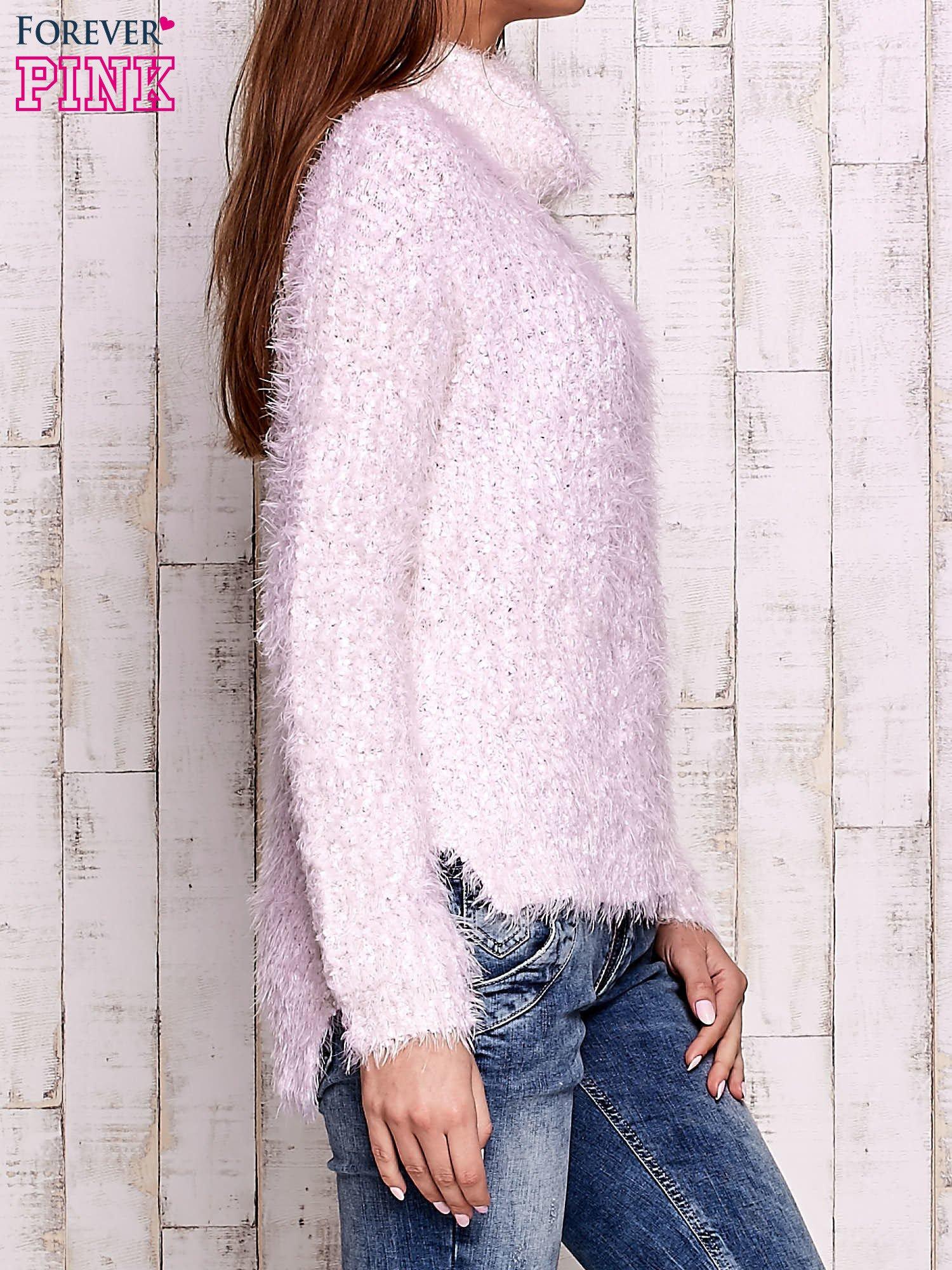 Jasnoróżowy włochaty sweter z golfem                                  zdj.                                  3