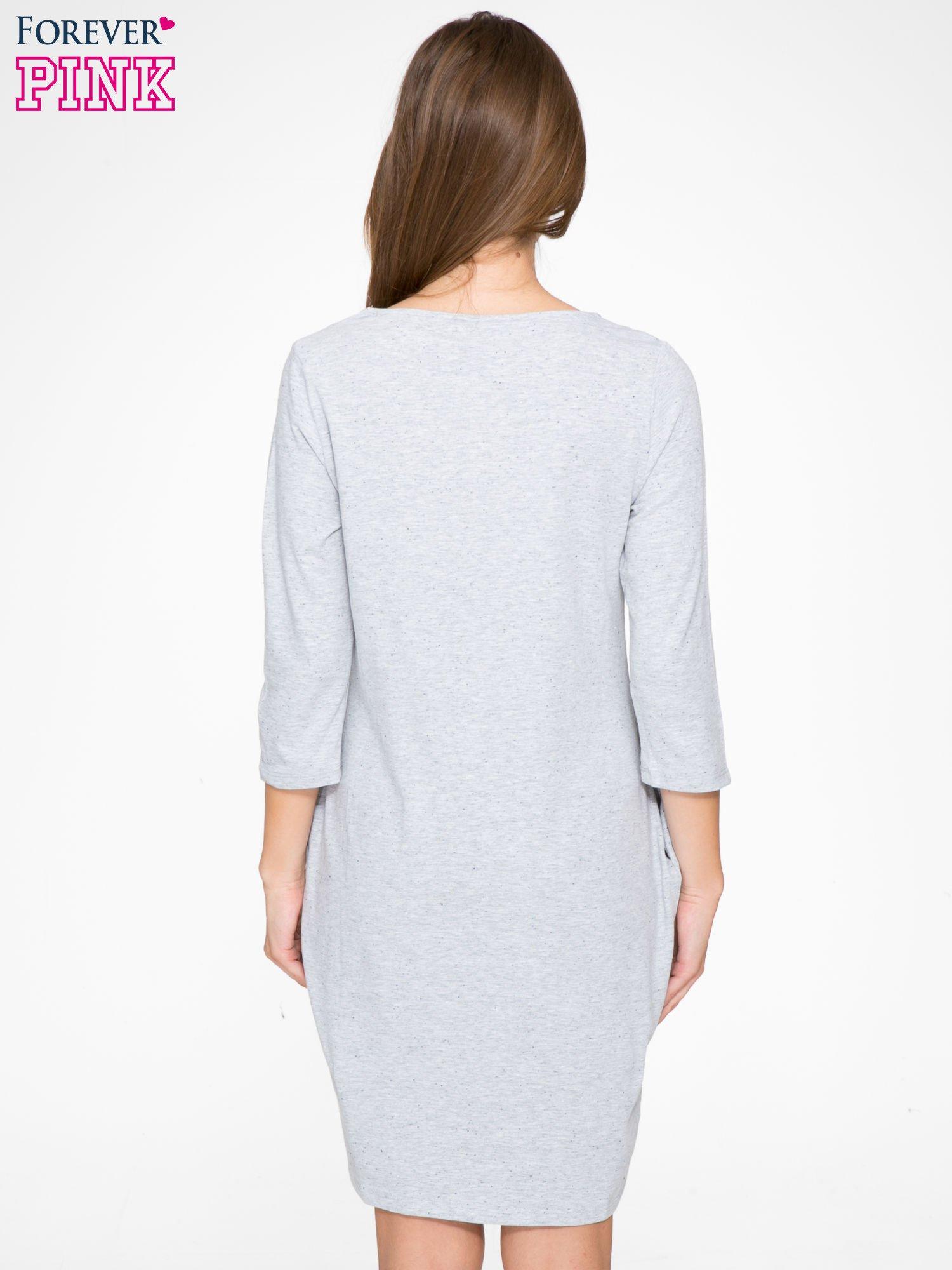 Jasnoszara dresowa sukienka z kieszeniami po bokach                                  zdj.                                  4