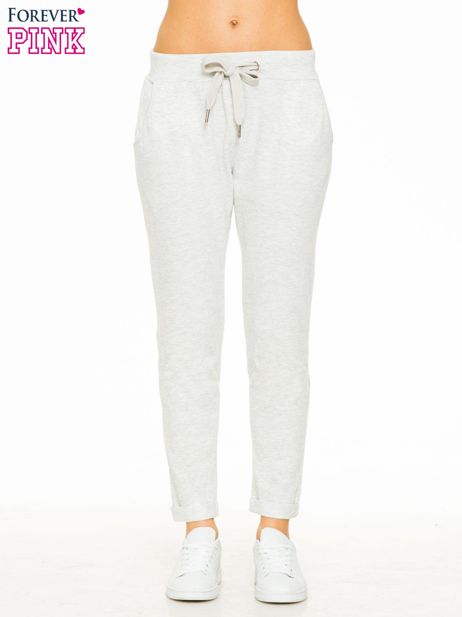 Jasnoszare spodnie dresowe z wywijanymi nogawkami                                  zdj.                                  1
