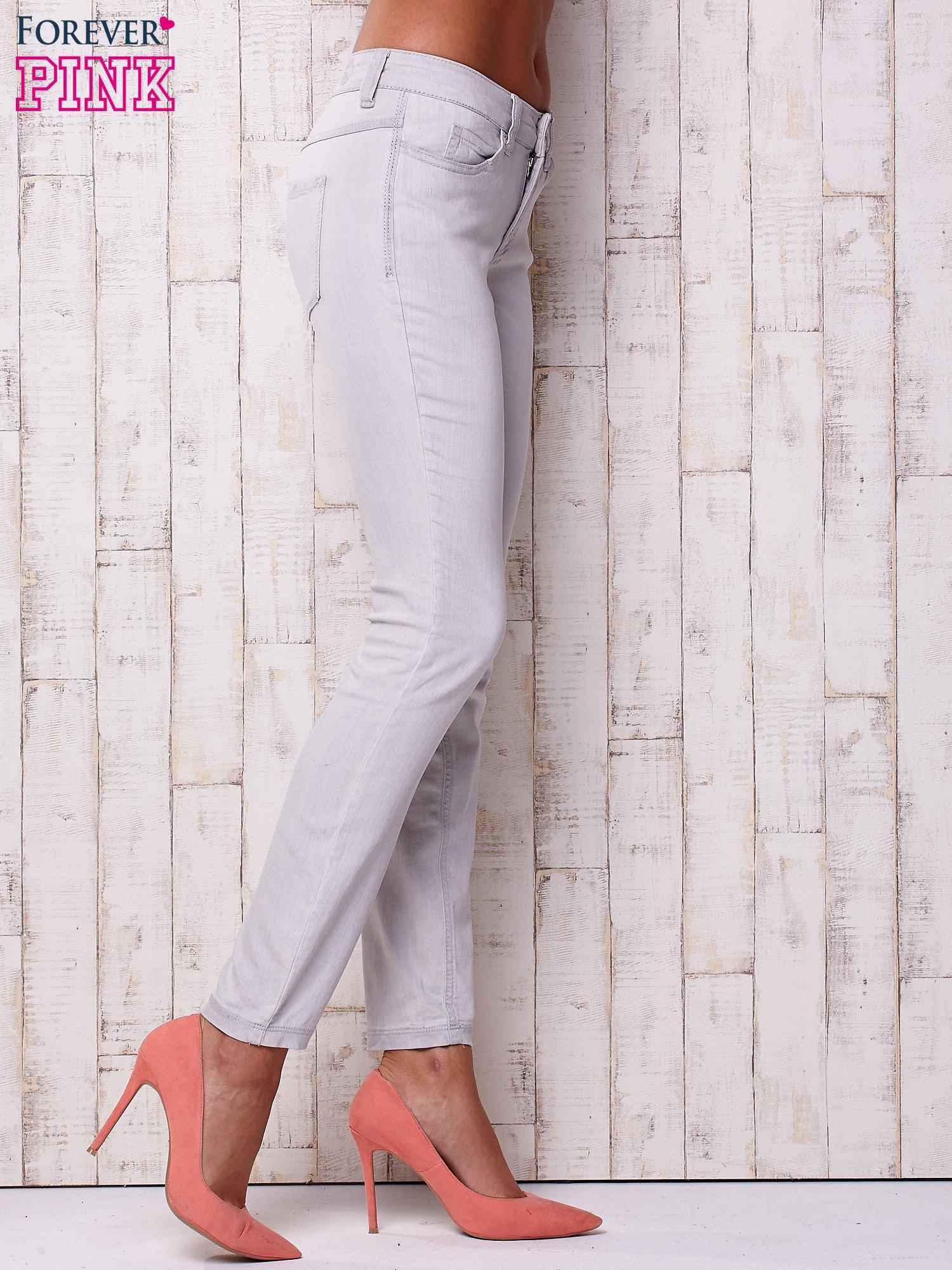 Jasnoszare spodnie o regularnym kroju                                  zdj.                                  3