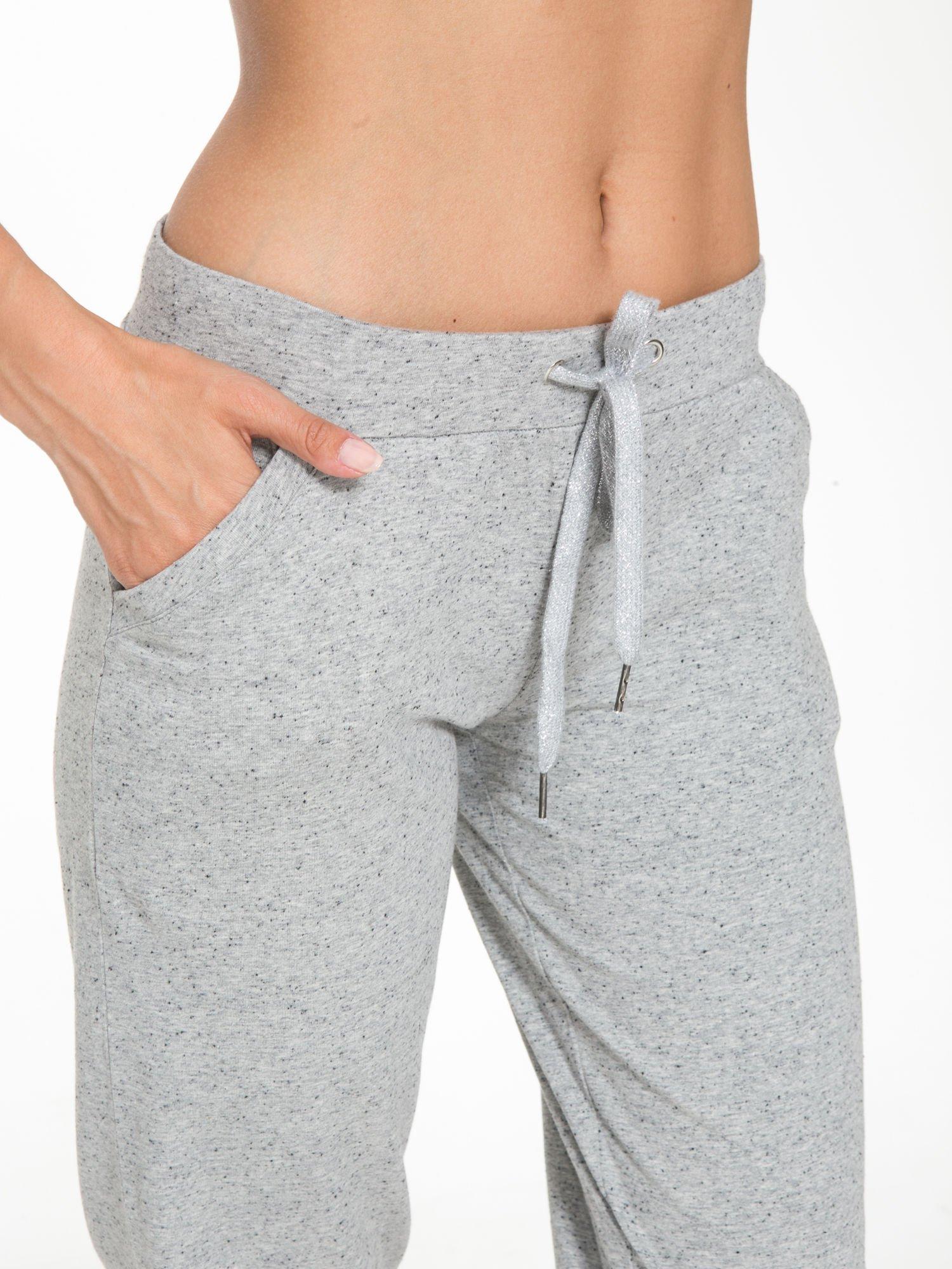 Jasnoszare spodnie sportowe typu capri wiązane w pasie                                  zdj.                                  7