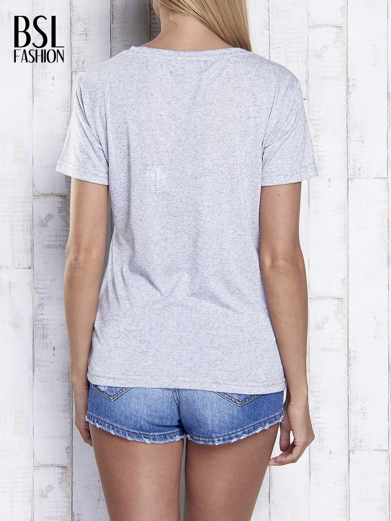 Jasnoszary melanżowy t-shirt z trójkątnym dekoltem                                  zdj.                                  5