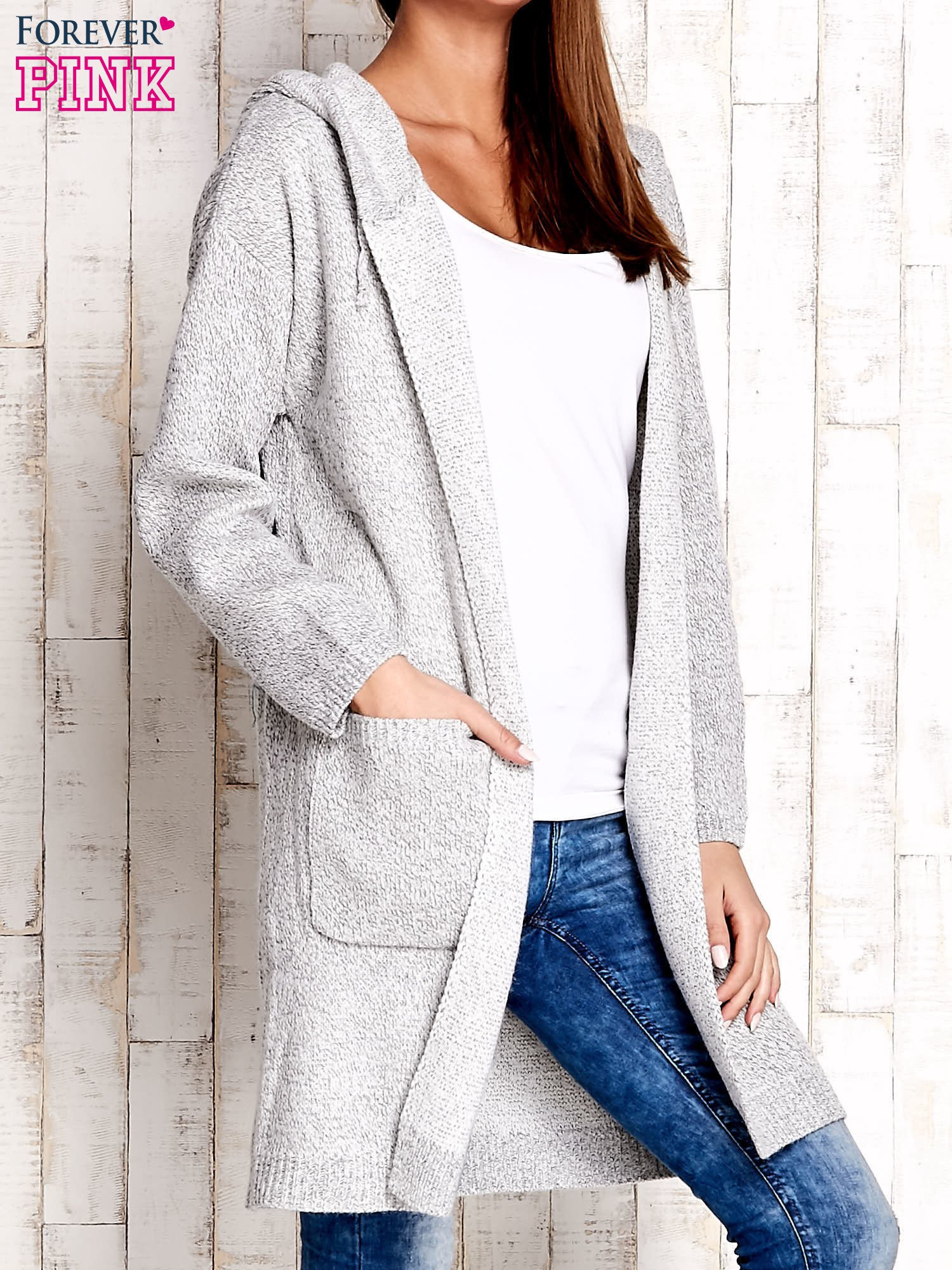 Jasnoszary wełniany sweter z naszywkami i kapturem                                  zdj.                                  3