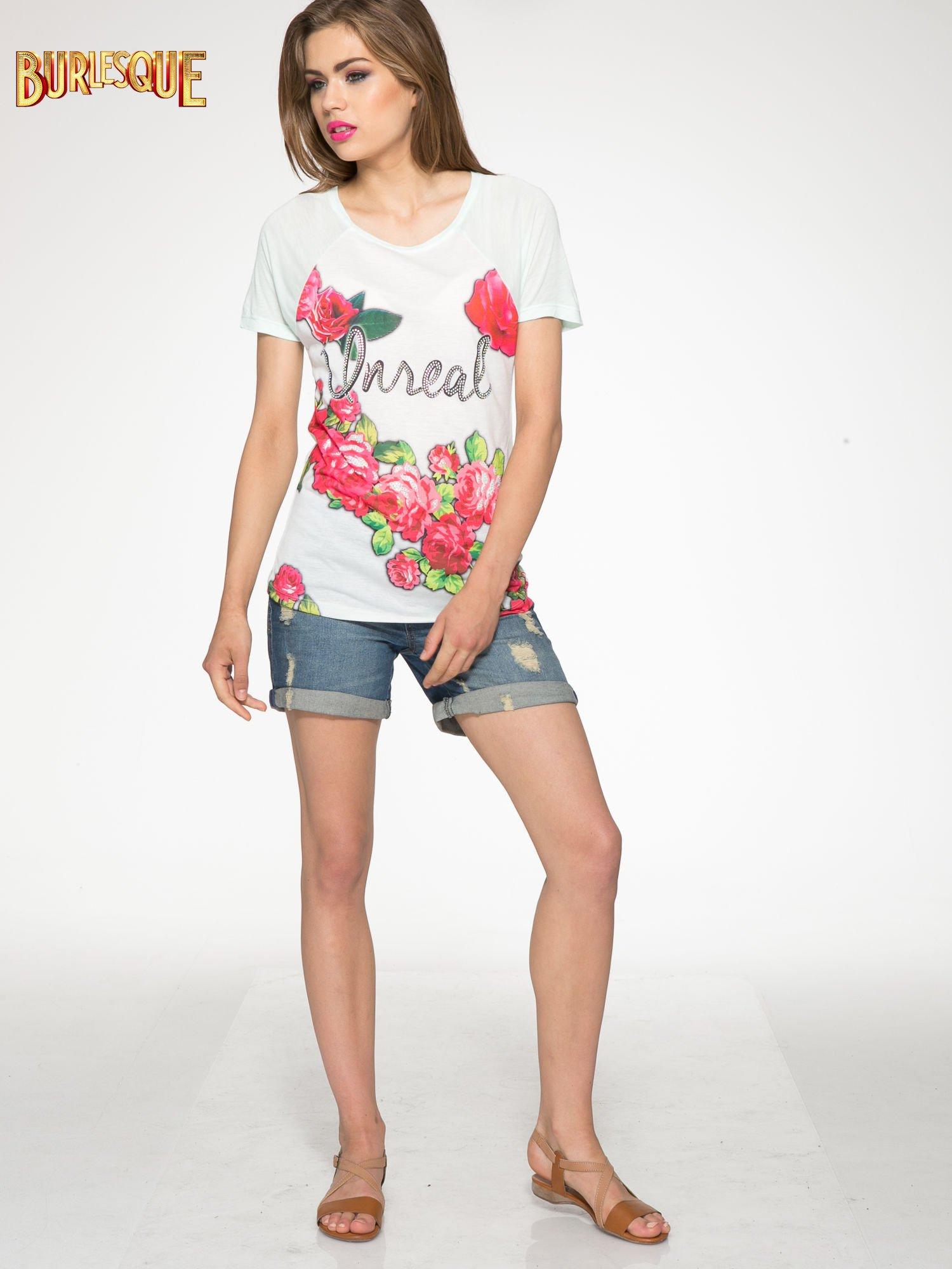 Jasnozielony t-shirt z kwiatowym nadrukiem i napisem UNREAL                                  zdj.                                  2
