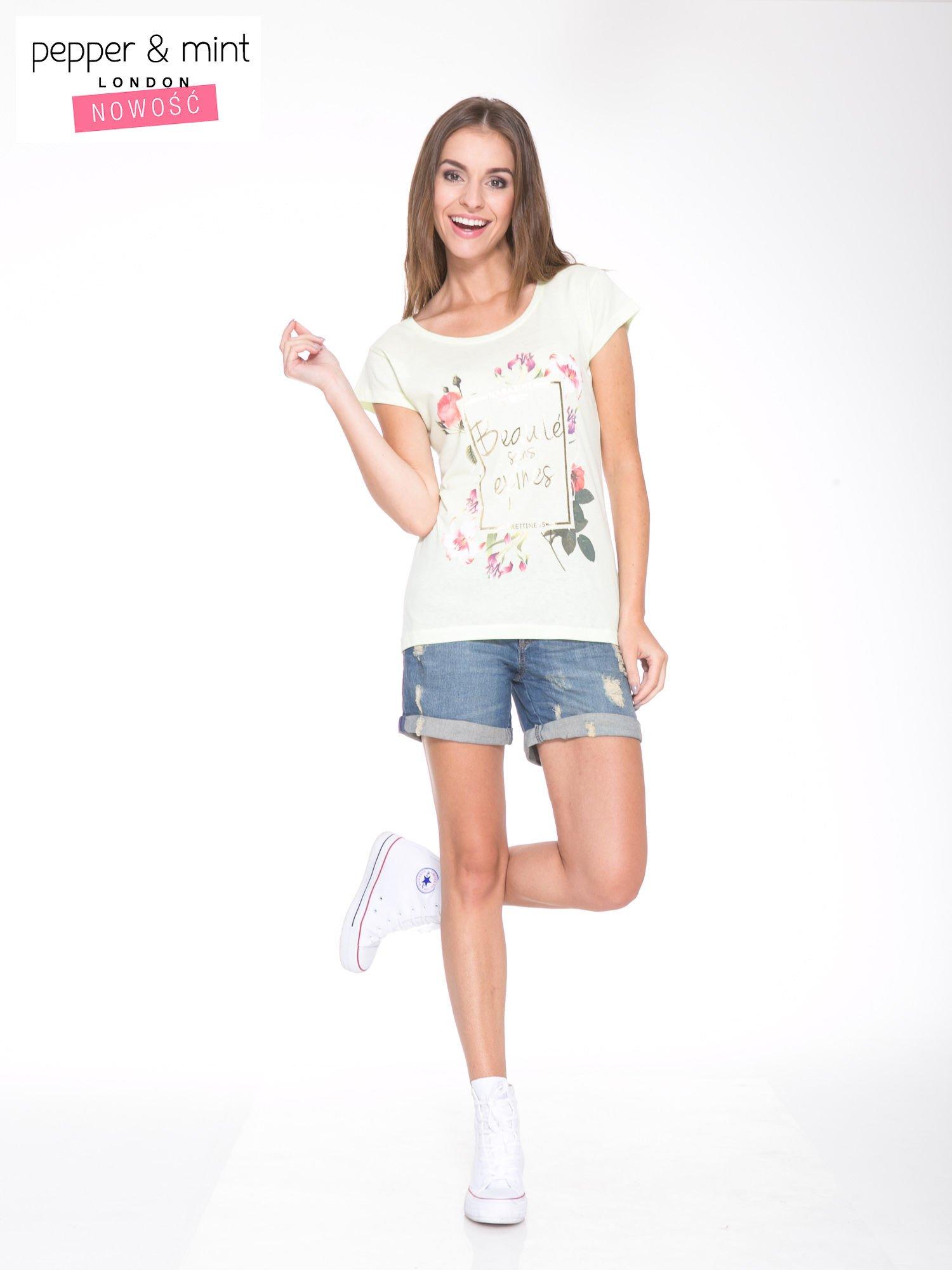 Jasnozielony t-shirt z kwiatowym nadrukiem i złotym napisem                                  zdj.                                  5