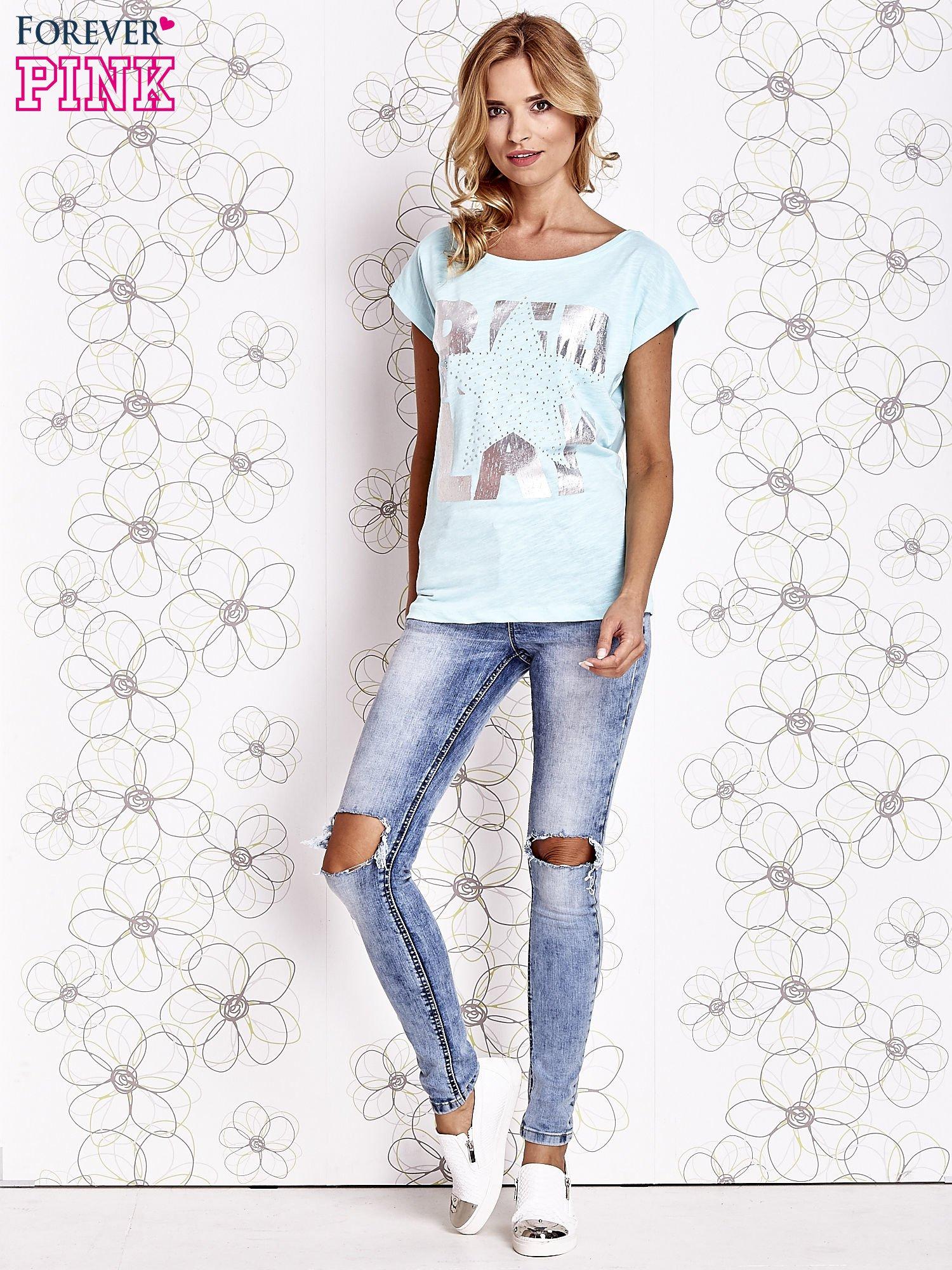 Jasnozielony t-shirt z motywem gwiazdy i dżetami                                  zdj.                                  2