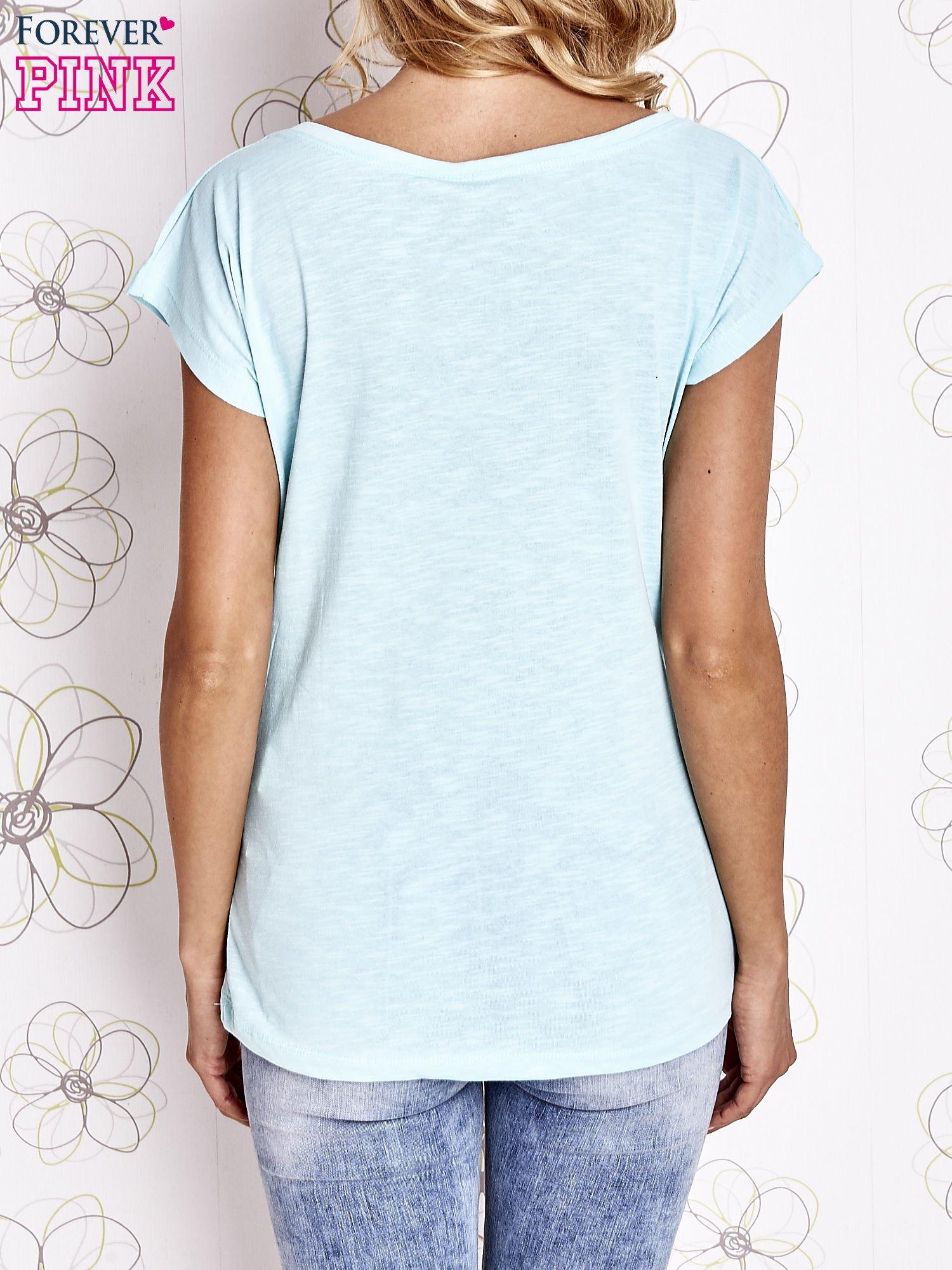 Jasnozielony t-shirt z motywem gwiazdy i dżetami                                  zdj.                                  4