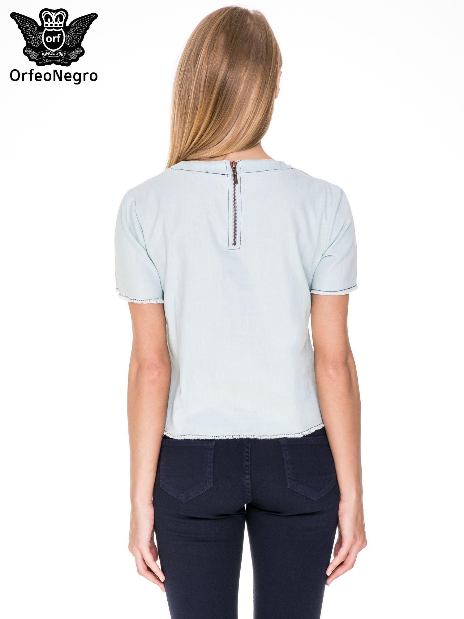 Jeansowa bluzka koszulowa z bizuteryjnym dekoltem                                  zdj.                                  4