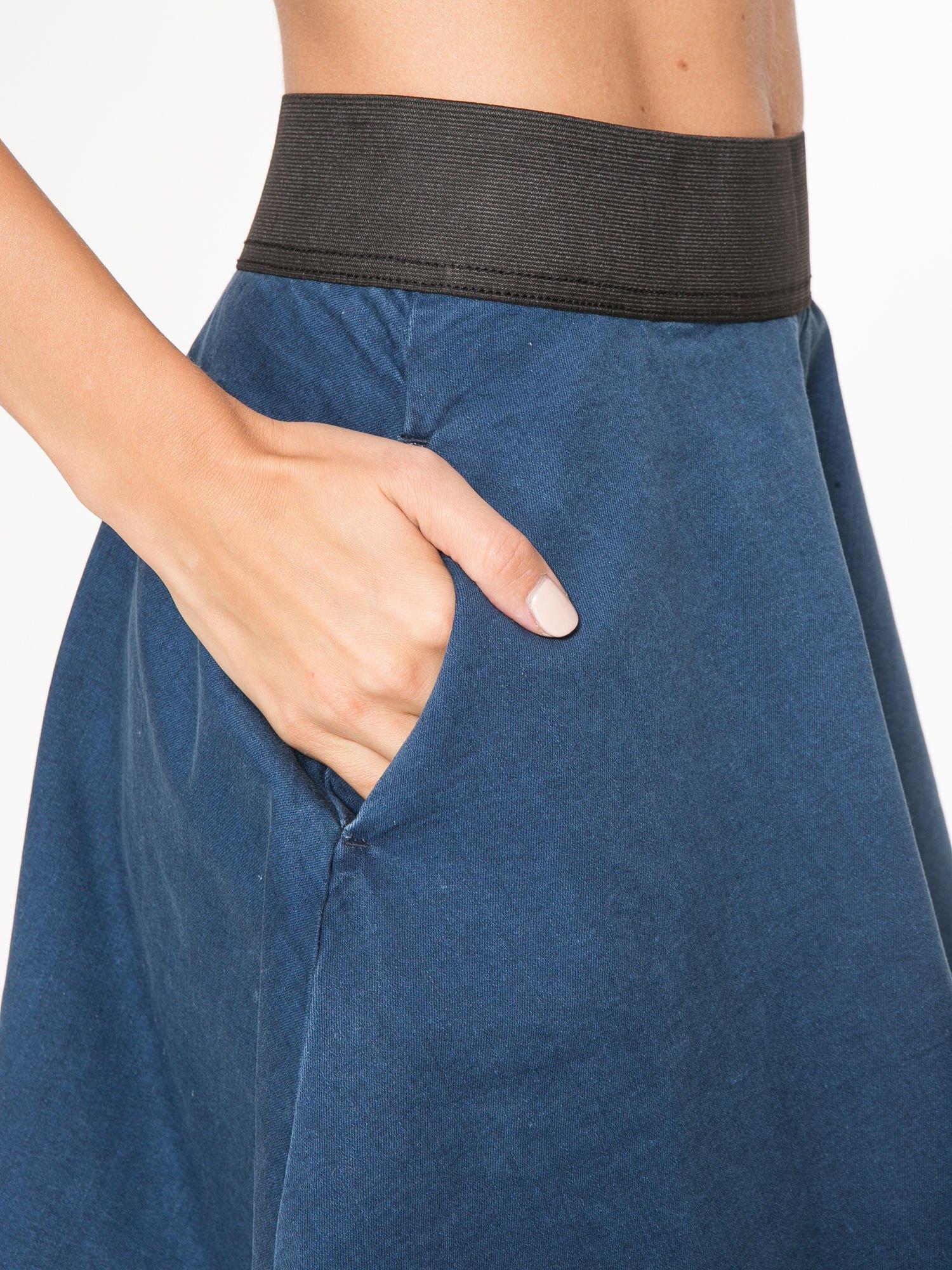 Jeansowa mini spódnica skater z gumą w pasie                                  zdj.                                  6