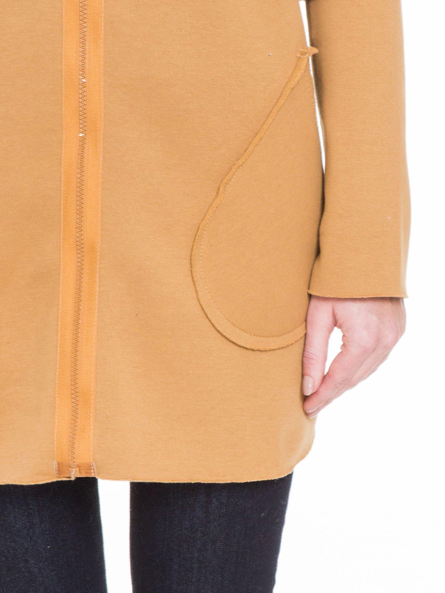 Karmelowa bluza na suwak z kapturem z surowym wykończeniem                                  zdj.                                  6