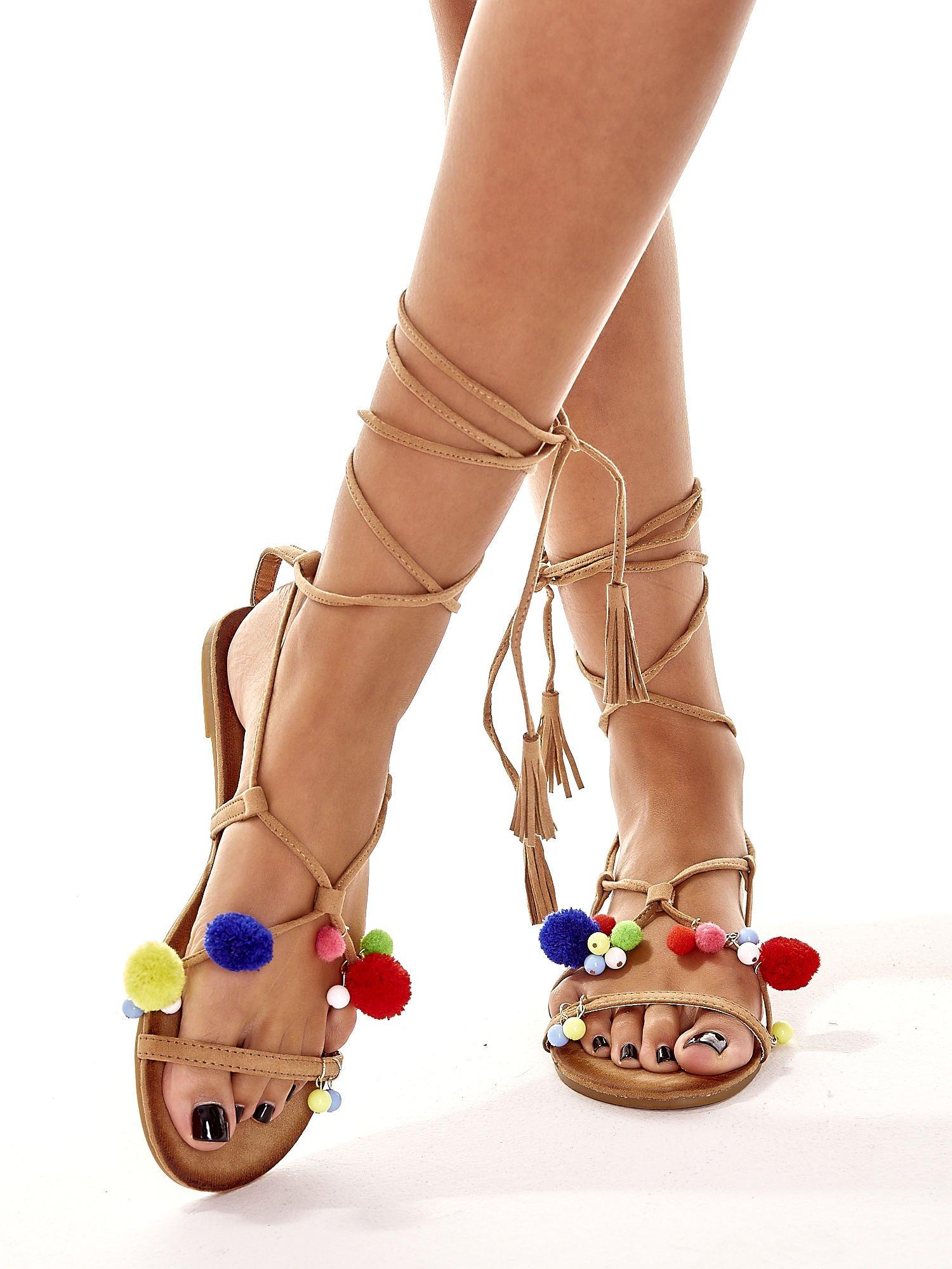 Karmelowe sandały damskie gladiatorki z pomponami                                  zdj.                                  2