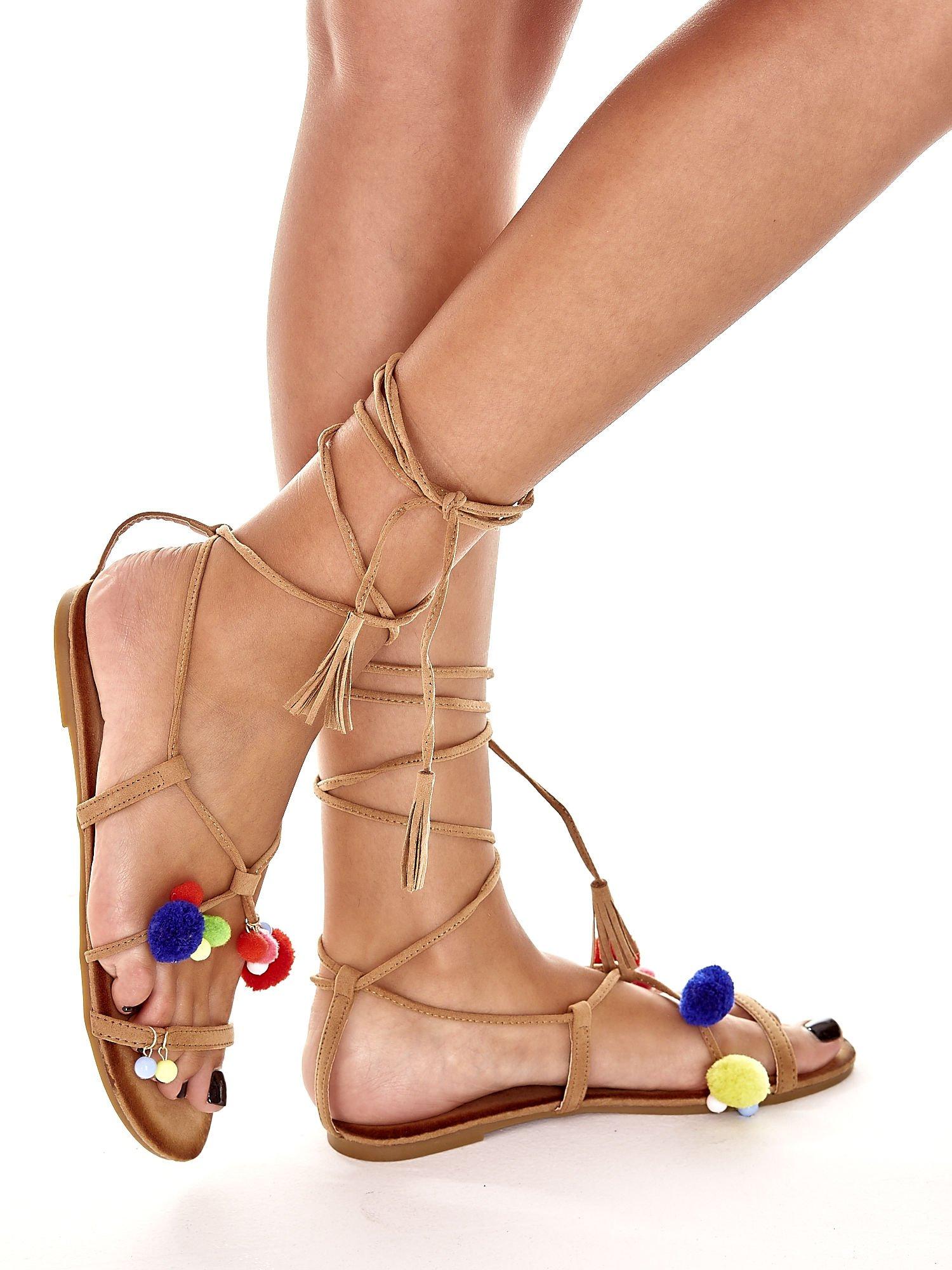 Karmelowe sandały damskie gladiatorki z pomponami                                  zdj.                                  4