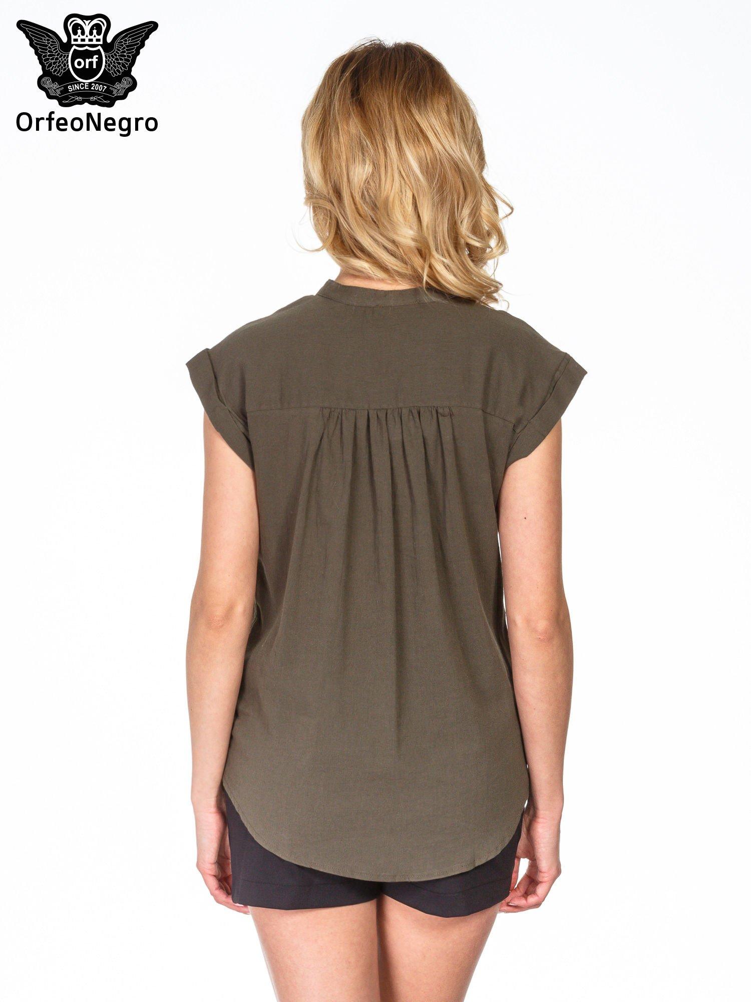 Khaki bluzka koszulowa z ażurowaniem wzdłuż dekoltu                                  zdj.                                  4