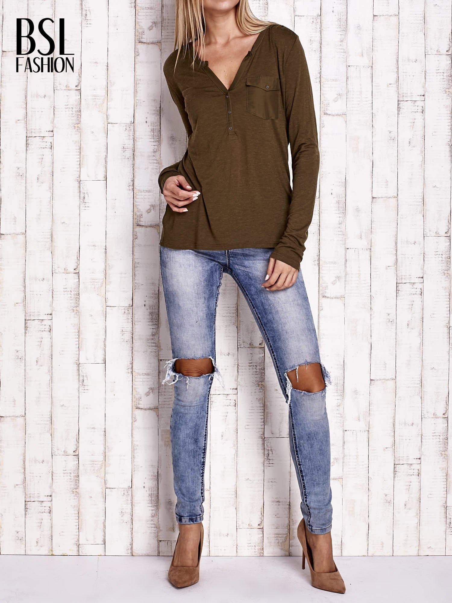 Khaki bluzka z atłasowym obszyciem przy dekolcie i kieszonką                                  zdj.                                  2