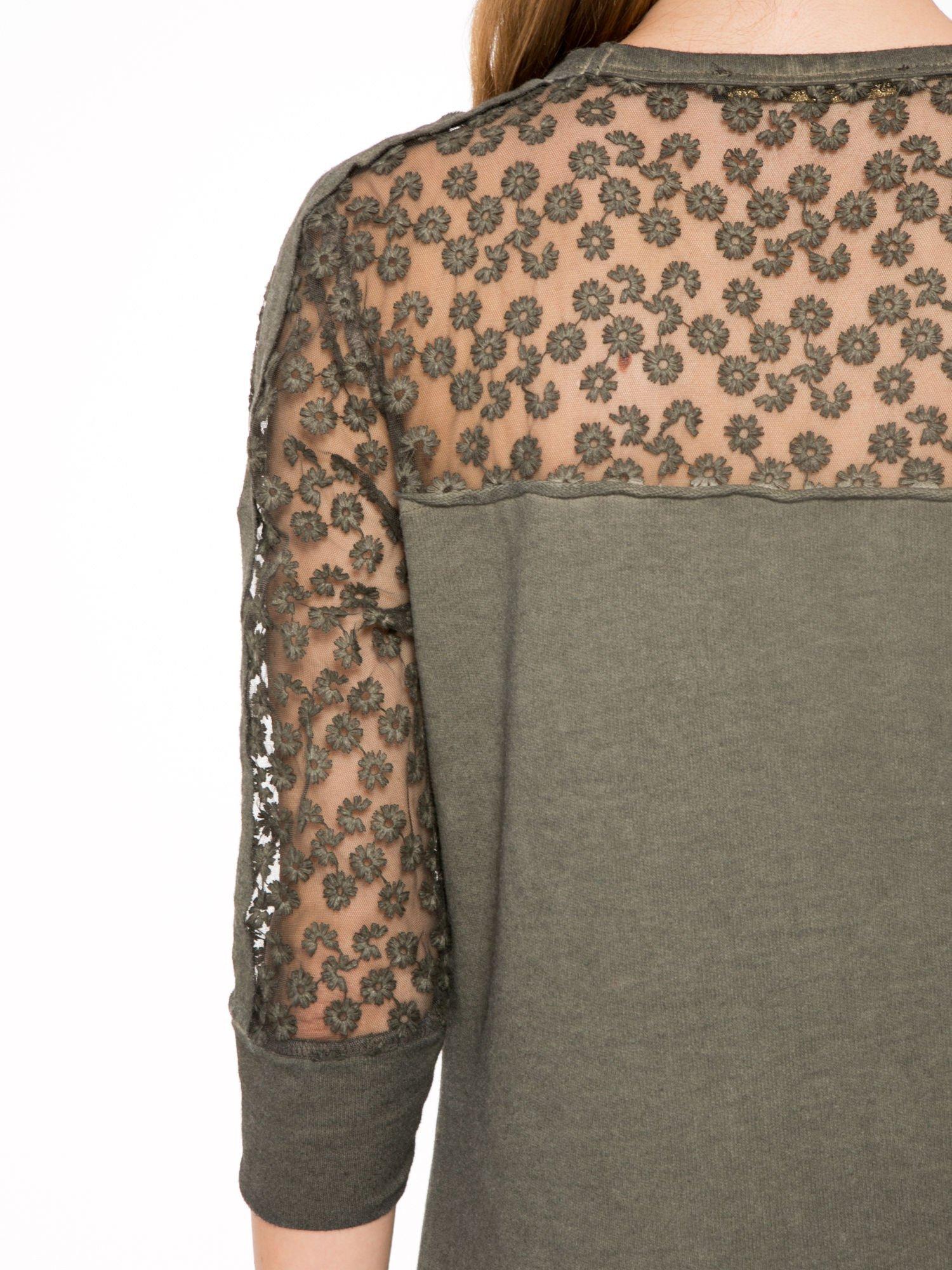 Khaki dresowa sukienka z koronkowym karczkiem                                  zdj.                                  9