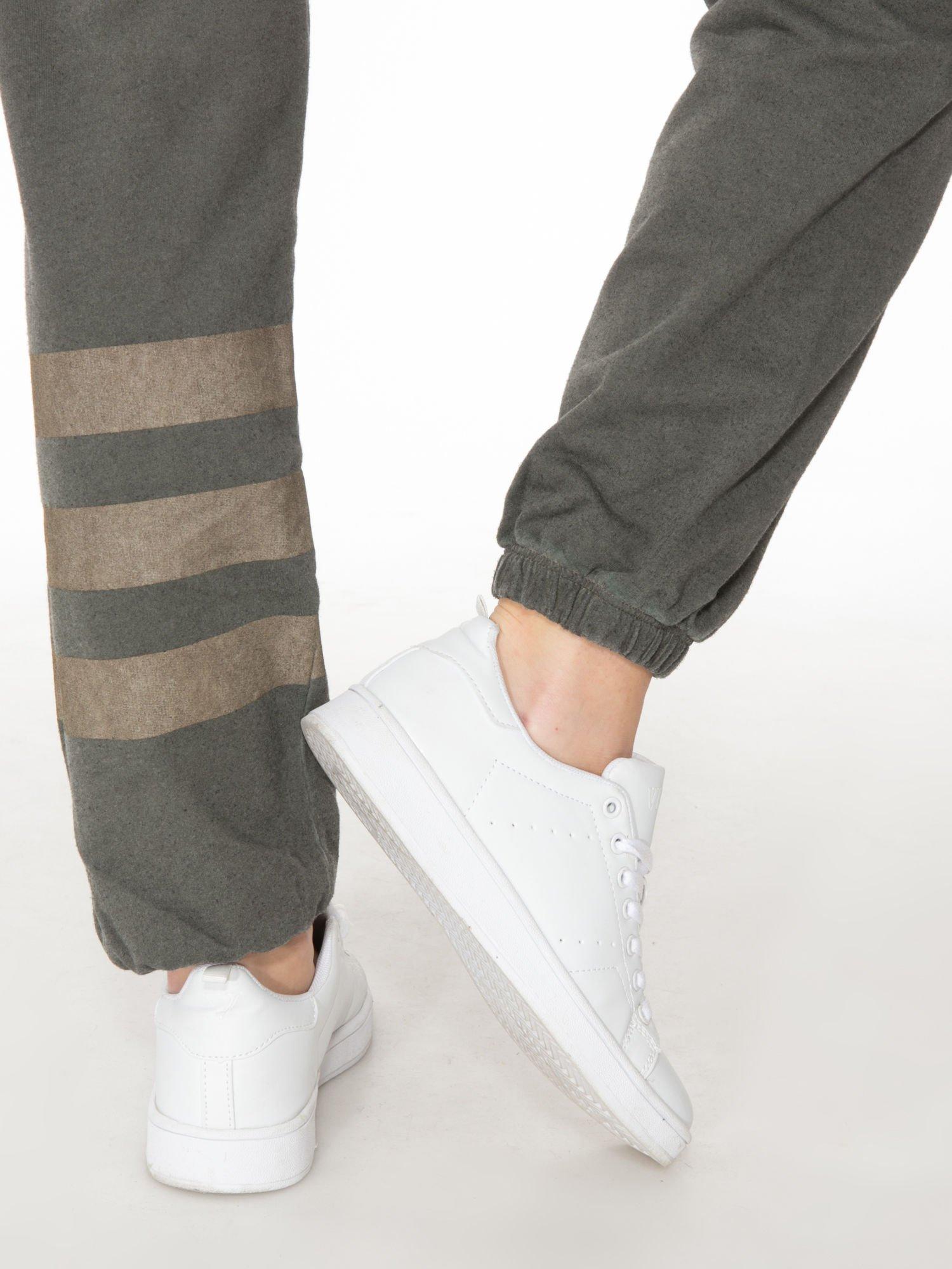 Khaki dresowe spodnie damskie z numerkiem i paskami na nogawkach                                  zdj.                                  5