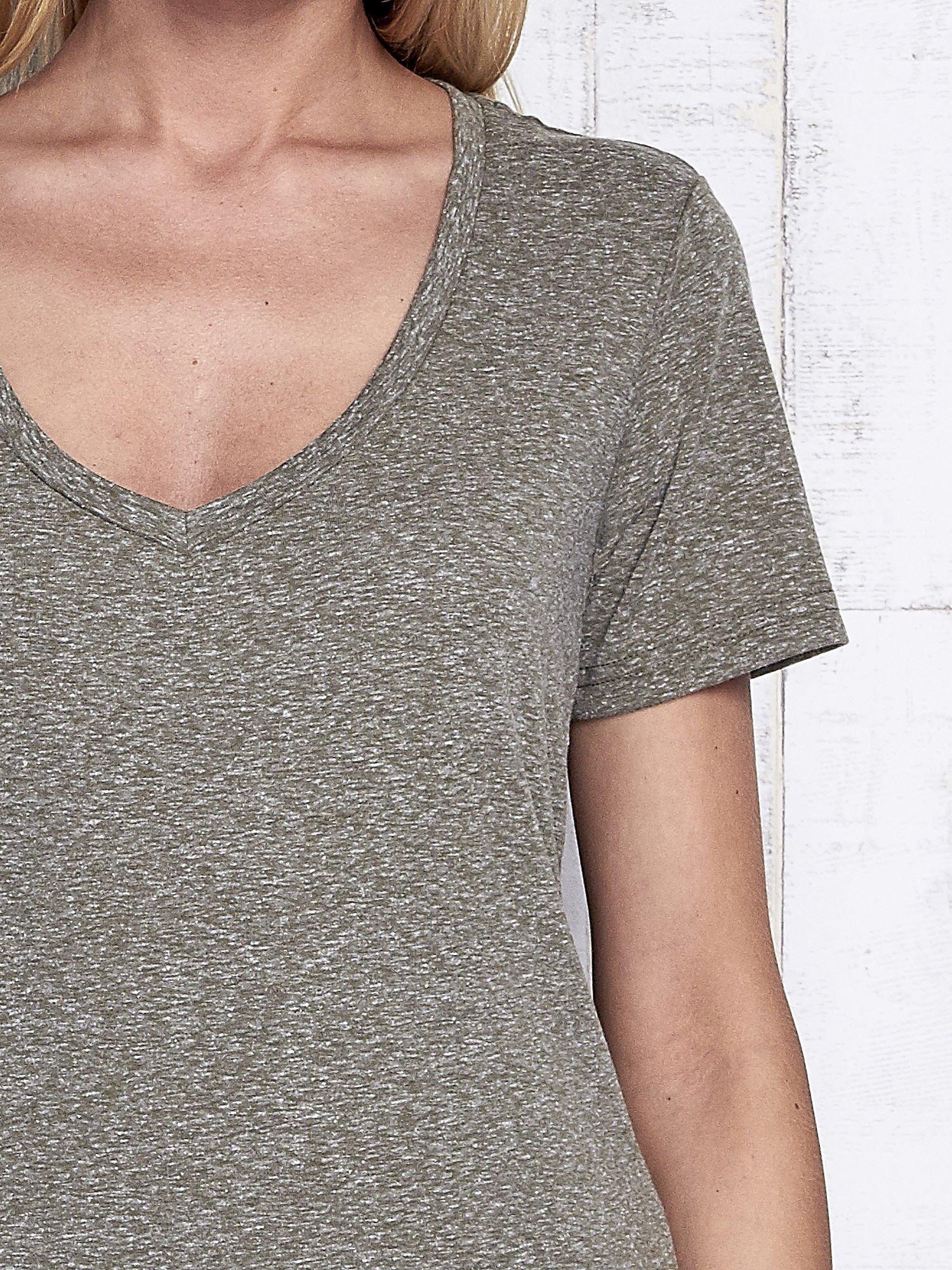 Khaki melanżowy t-shirt z trójkątnym dekoltem                                  zdj.                                  6