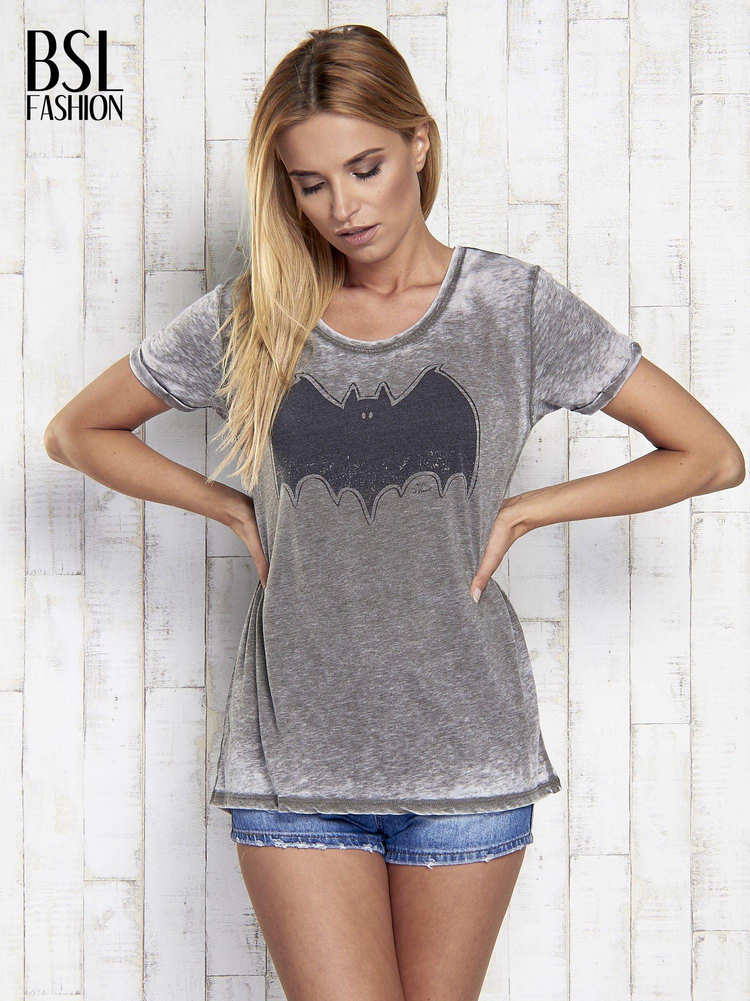 Khaki t-shirt acid wash z motywem Batmana                                  zdj.                                  3