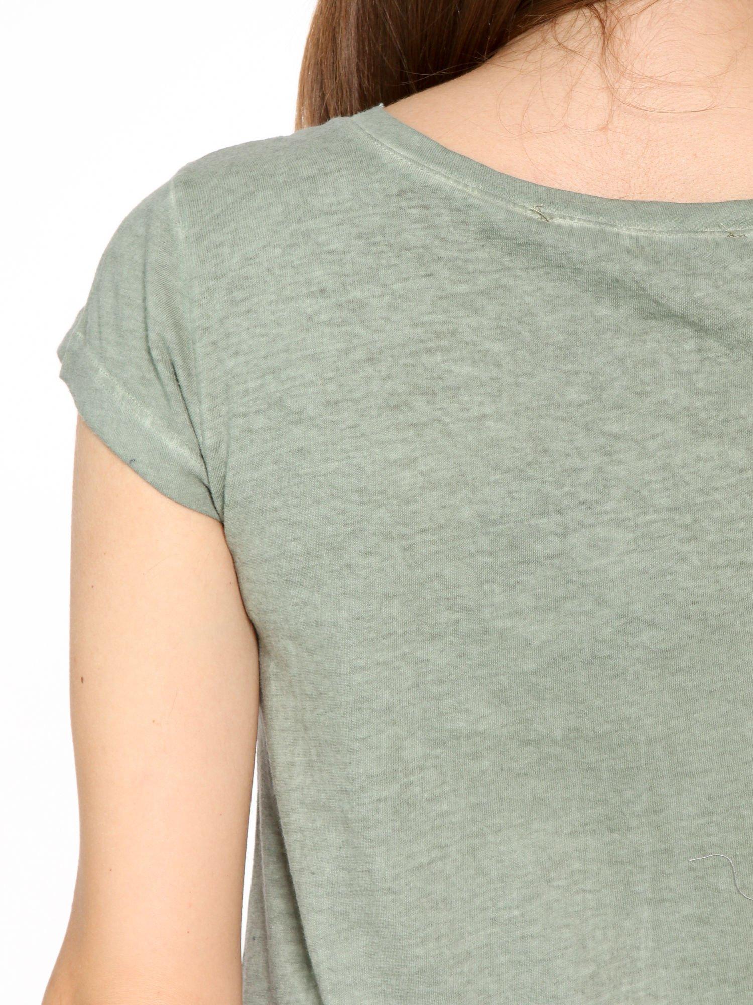 Khaki t-shirt z cekinowym krzyżem                                  zdj.                                  9