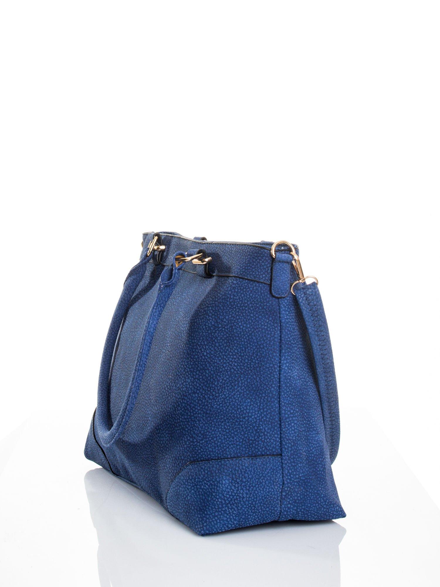 Kobaltowa torba na ramię ze złotymi okuciami                                  zdj.                                  4
