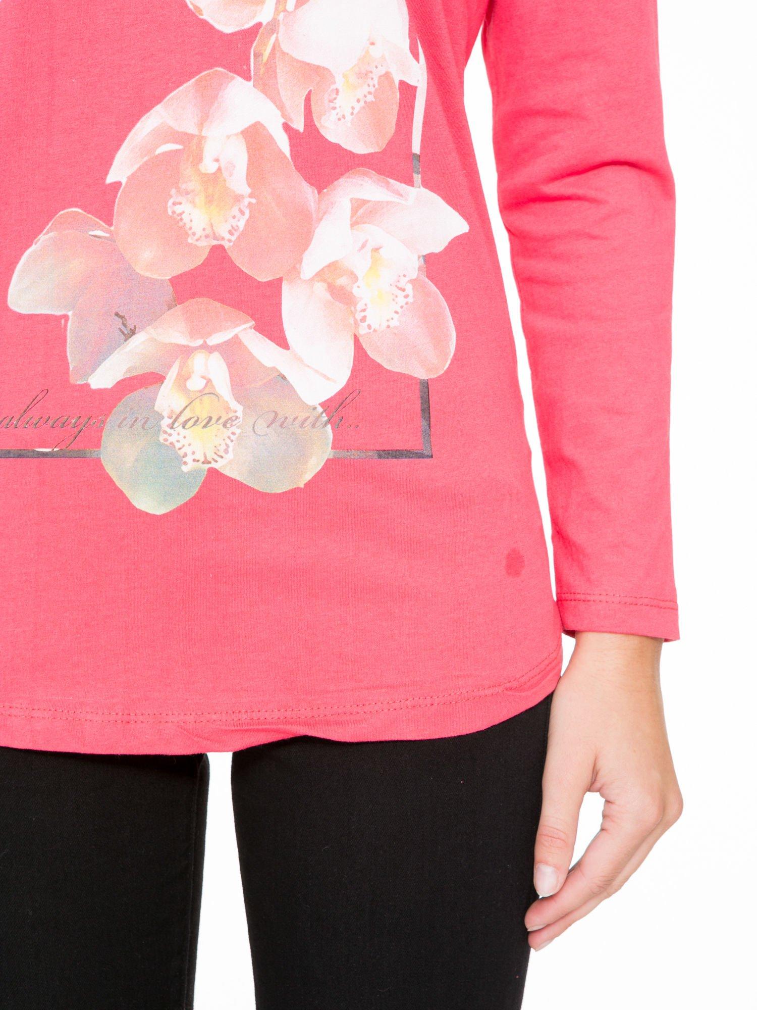 Koralowa bluzka z nadrukiem kwiatowym i napisem BEAUTY                                  zdj.                                  7
