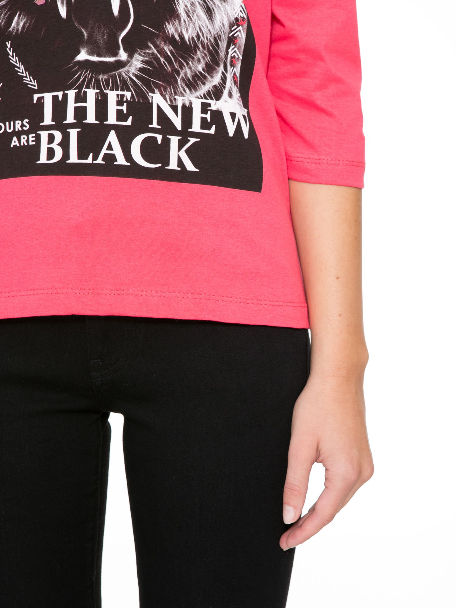 Koralowa bluzka z nadrukiem tygrysa i napisem THE NEW COLOURS ARE BLACK                                  zdj.                                  7