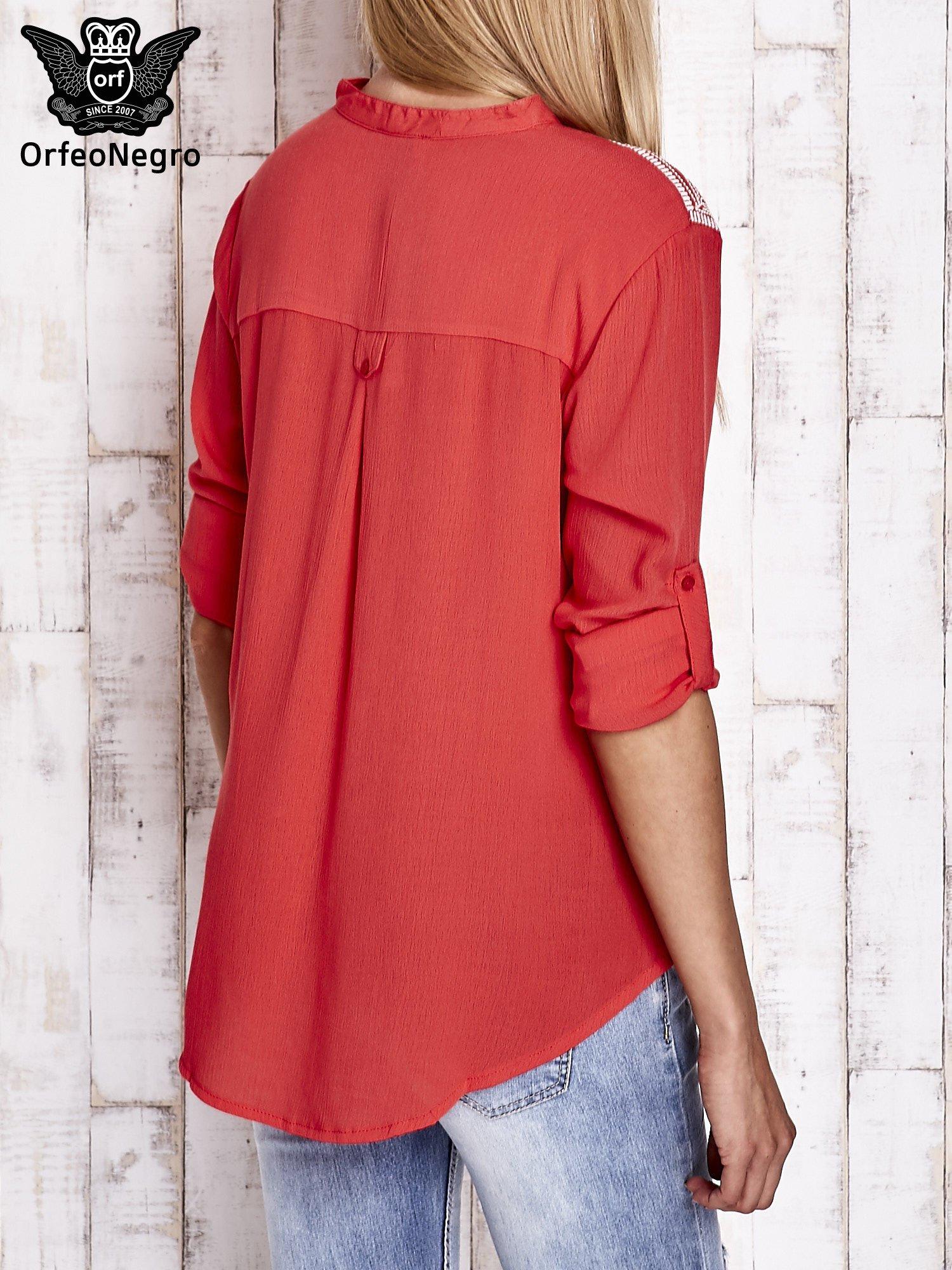Koralowa koszula damska z haftem na ramionach                                  zdj.                                  5