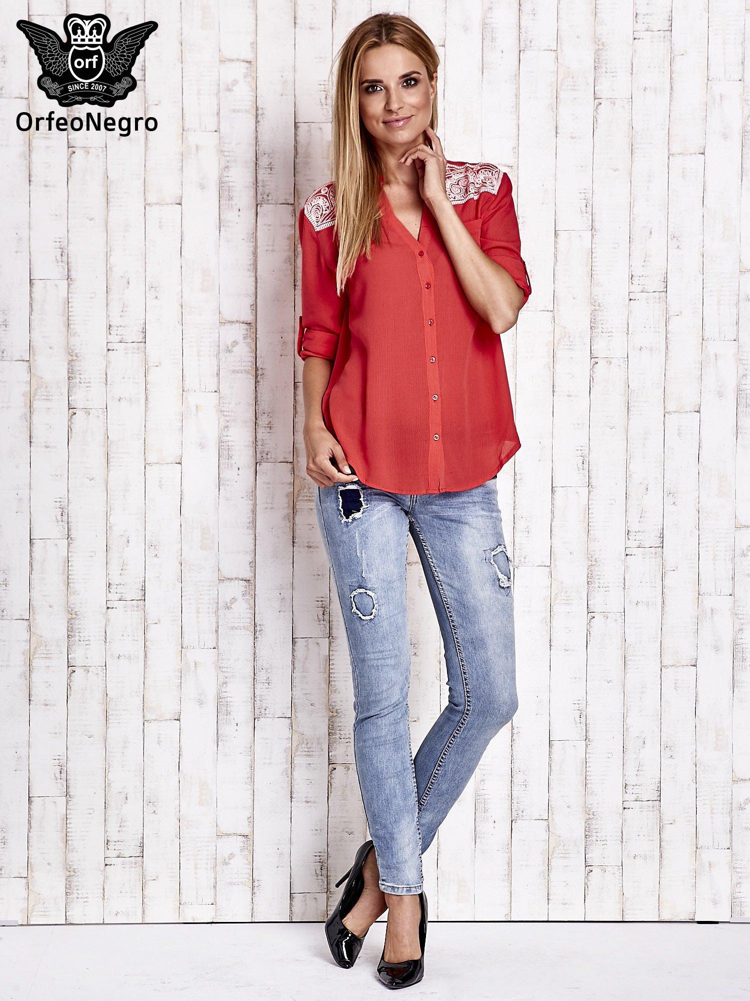 Koralowa koszula damska z haftem na ramionach                                  zdj.                                  2