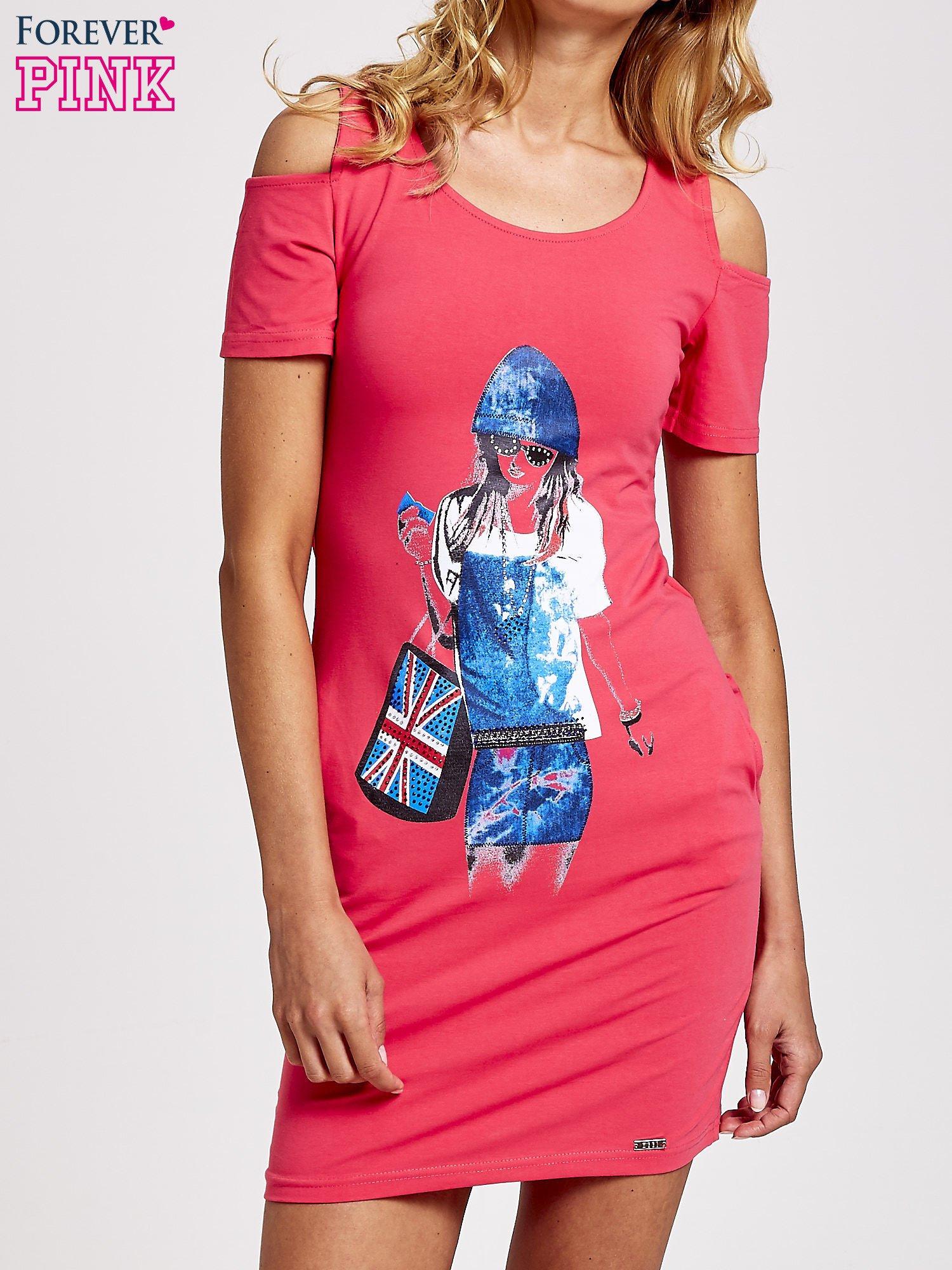 Koralowa sukienka dresowa cut out shoulder z nadrukiem dziewczyny                                  zdj.                                  1