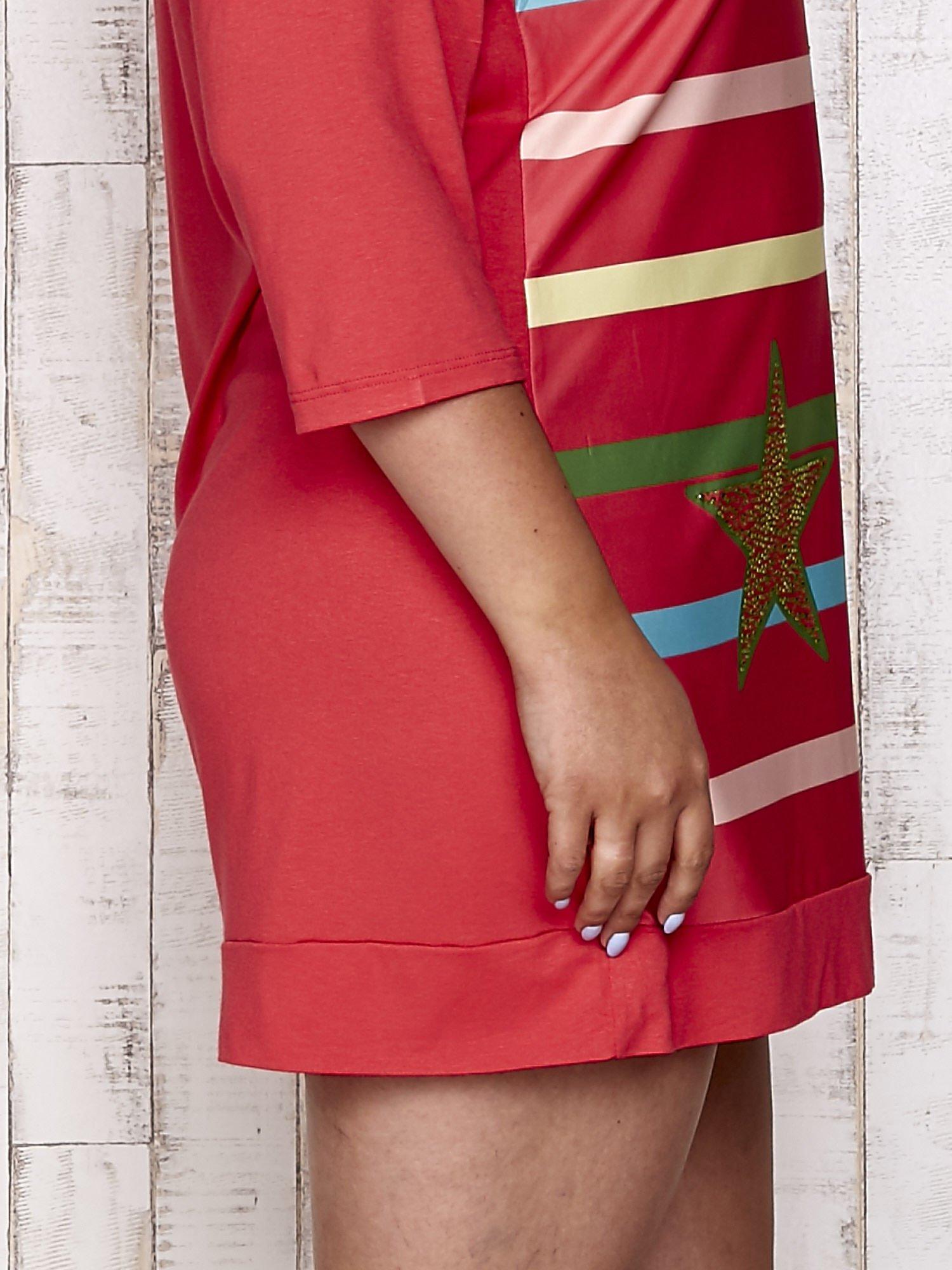 Koralowa sukienka dresowa z nadrukiem gwiazd PLUS SIZE                                  zdj.                                  5