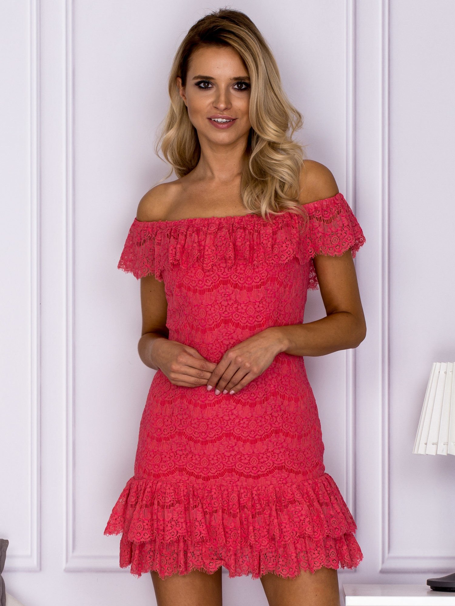 3669da1bc1 Koralowa sukienka z koronki z hiszpańskim dekoltem - Sukienka na co ...