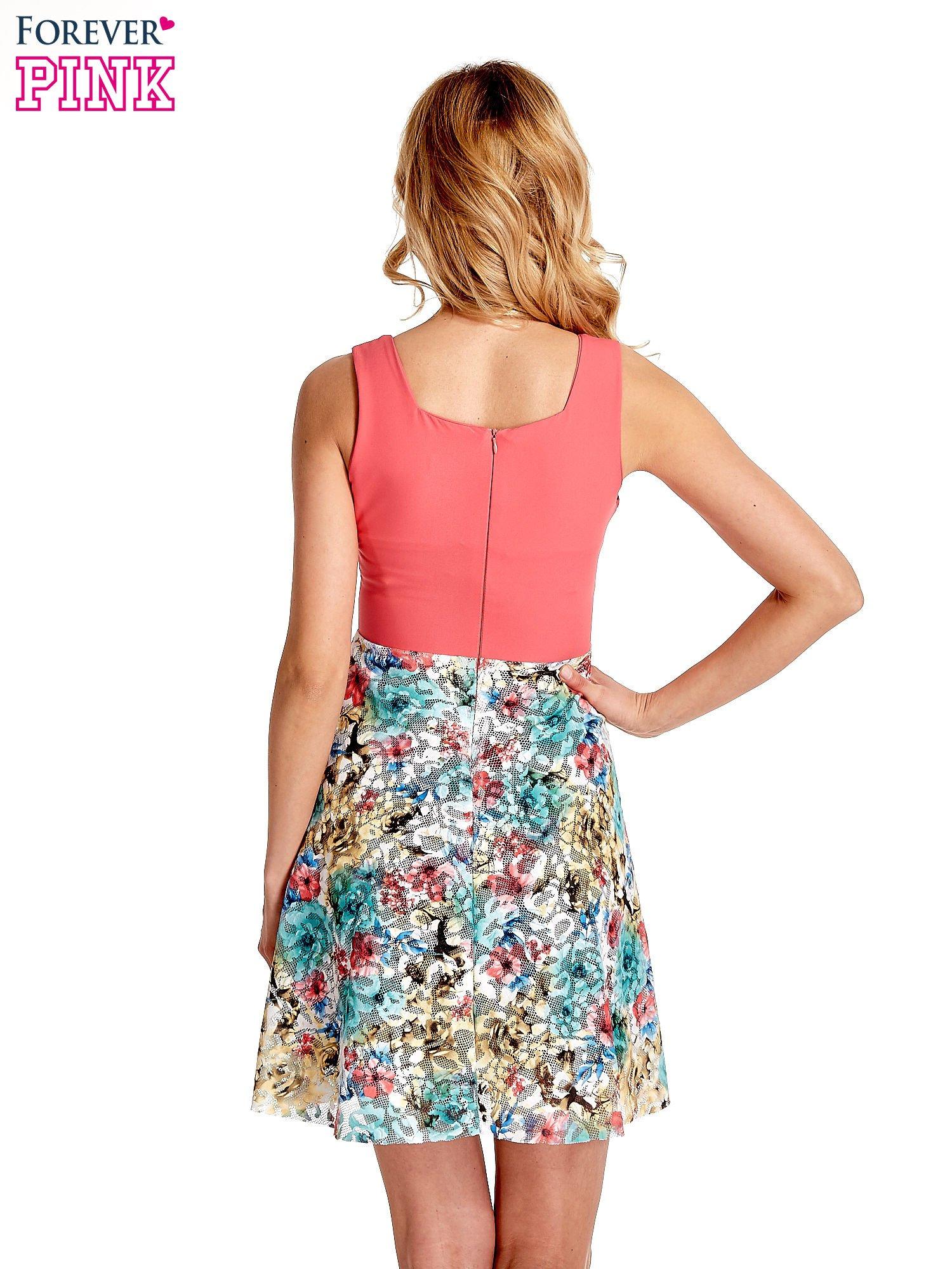 Koralowa sukienka z kwiatowym dołem                                  zdj.                                  4