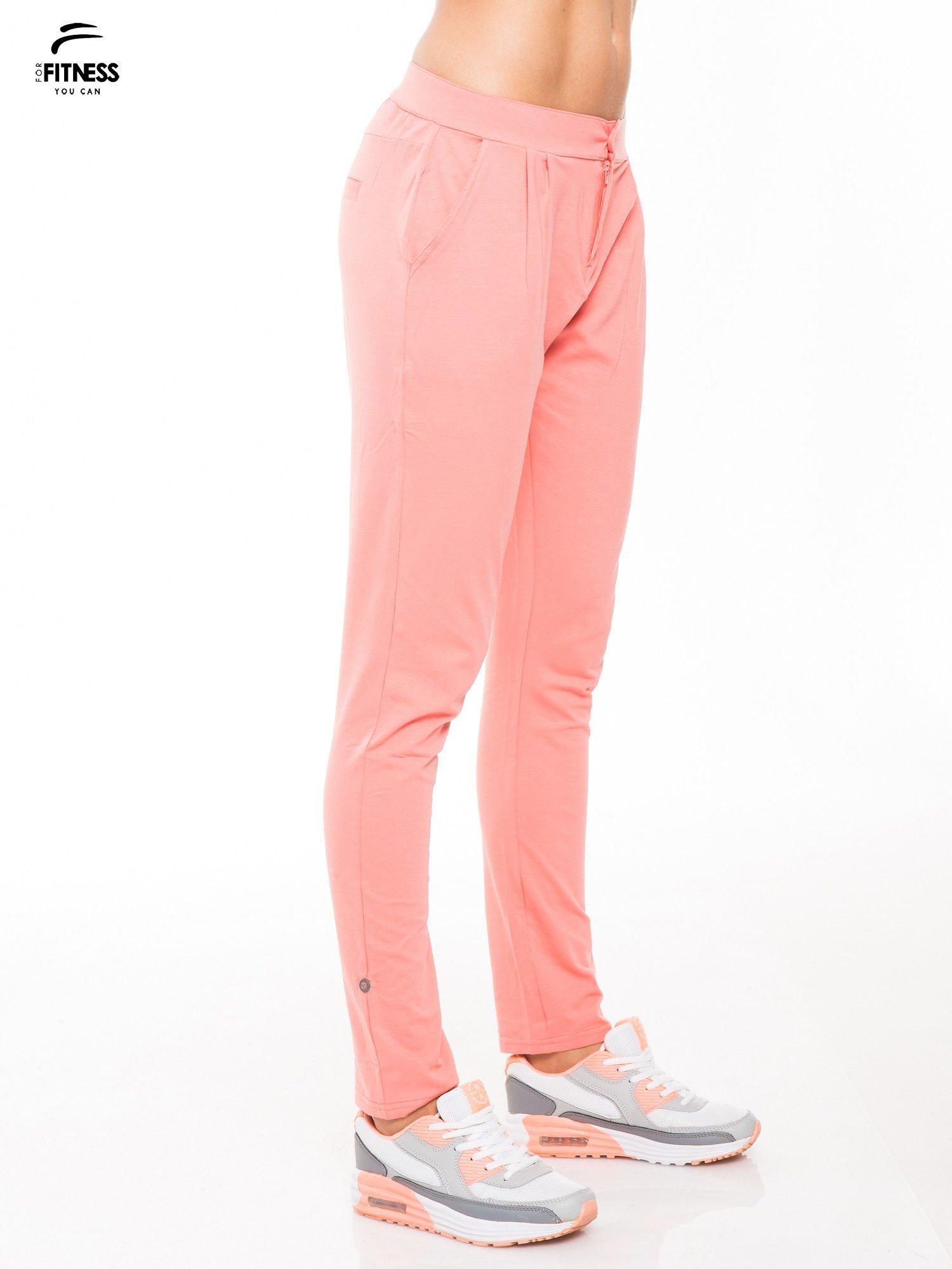 Koralowe spodnie dresowe damskie z podwijaną nogawką                                  zdj.                                  3