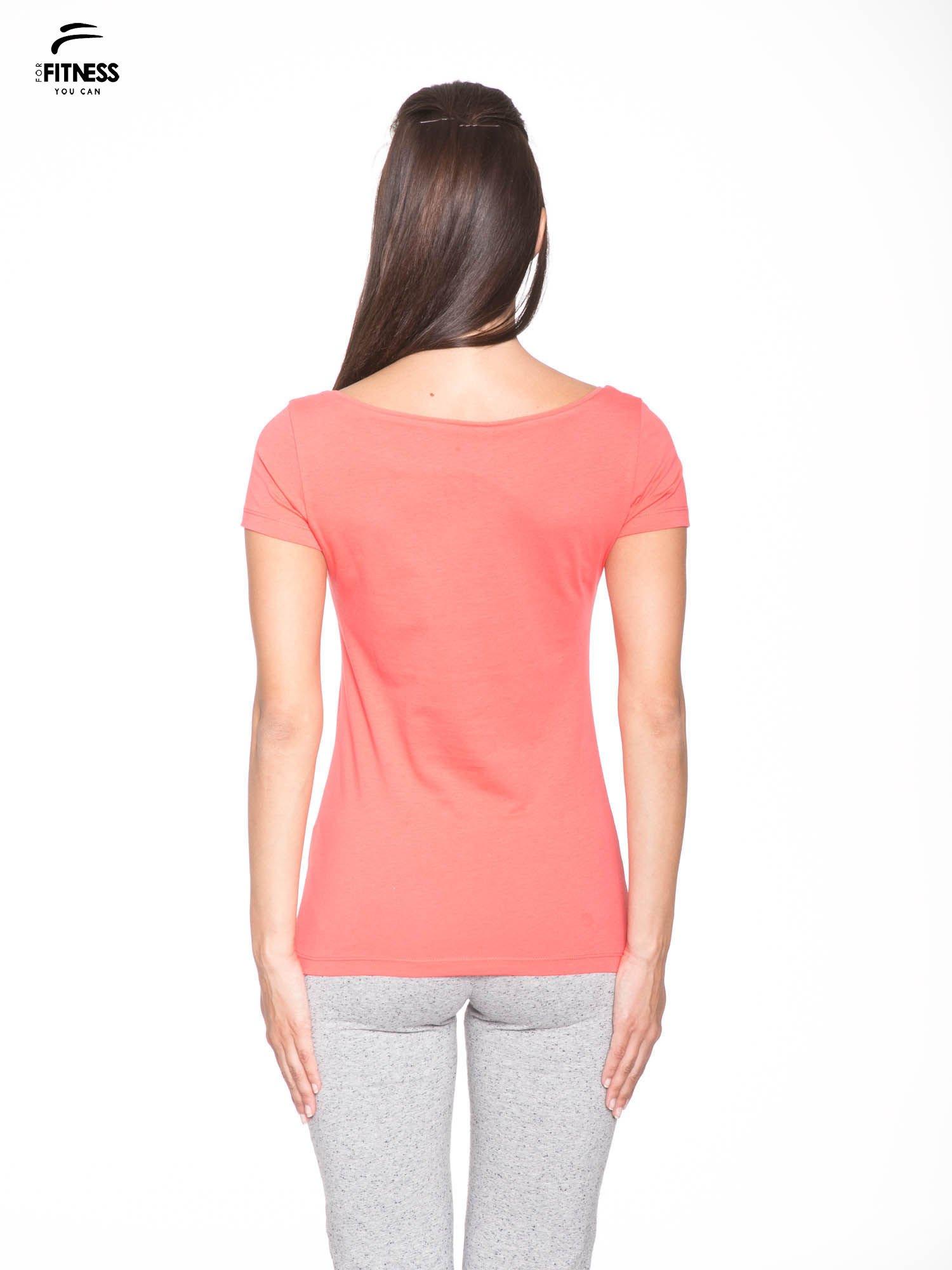 Koralowy bawełniany t-shirt z nadrukiem tekstowym WAKE UP WORK OUT                                  zdj.                                  4