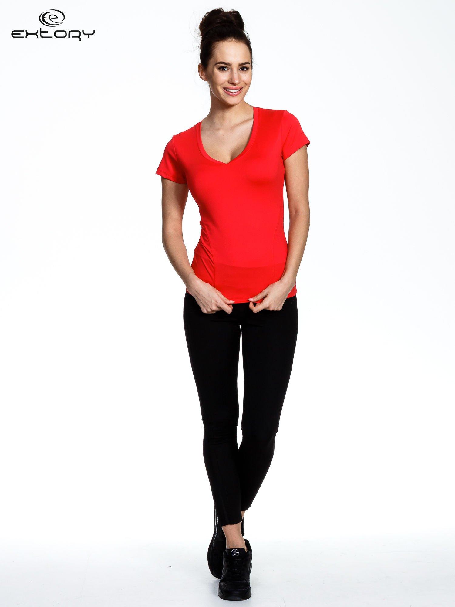 Koralowy modelujący damski t-shirt sportowy                                   zdj.                                  3