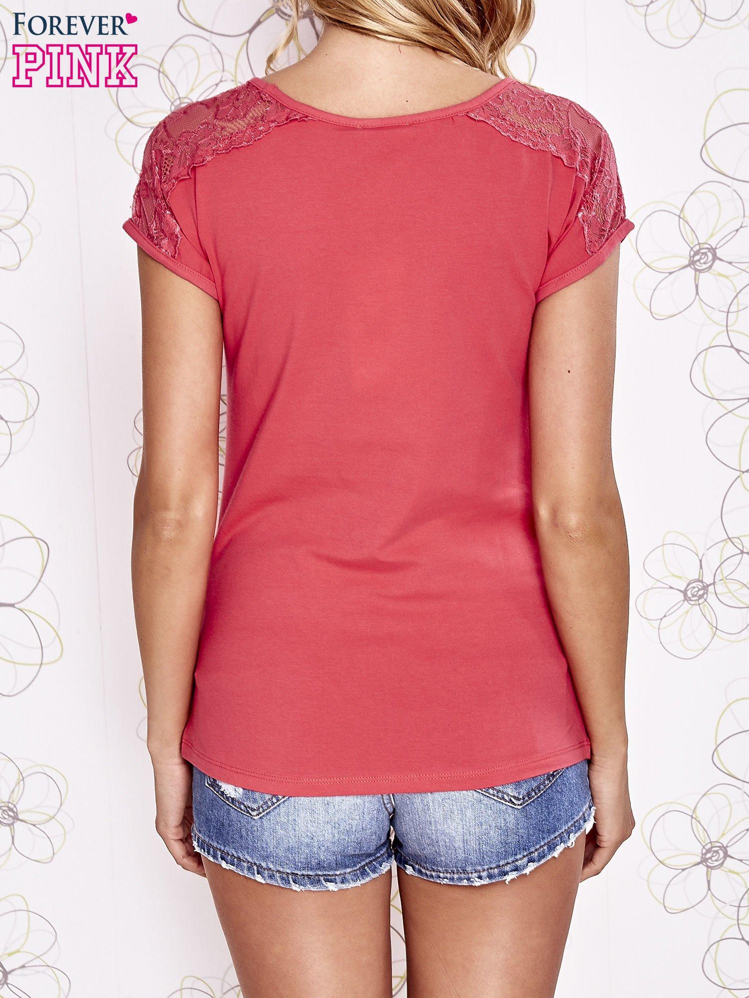 Koralowy t-shirt z koronkowym wykończeniem rękawów                                  zdj.                                  4